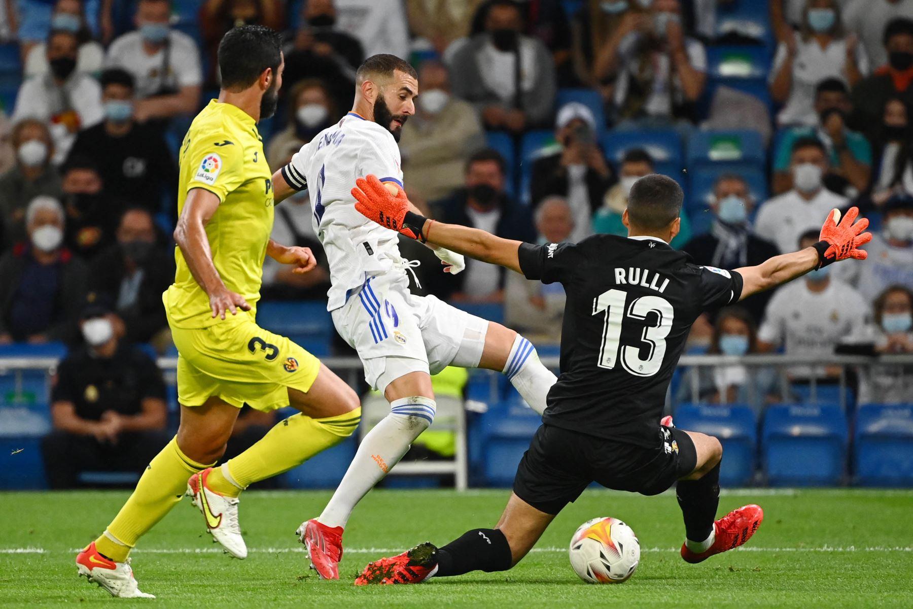 El delantero francés del Real Madrid Karim Benzema compite con el portero argentino del Villarreal Geronimo Rulli durante el partido de fútbol de la Liga española entre el Real Madrid y el Villarreal. Foto: AFP