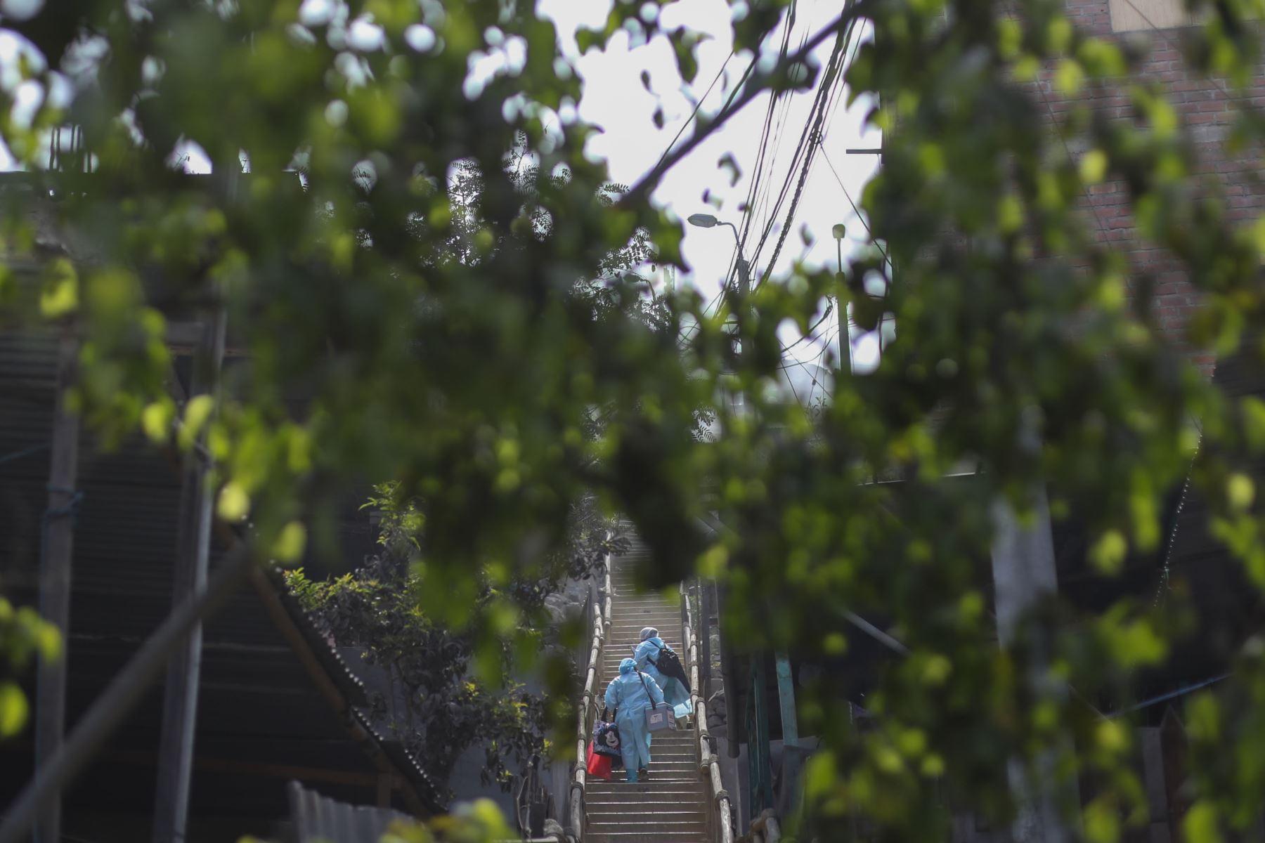 """Brigadas del Ministerio de Salud, continúan con la campaña """"Vamos a tu encuentro, Vacúnate Ya"""".  Vacunación casa por casa en los alrededores del AAHH Cruz de Motupe en San Juan de Lurigancho. El personal de salud se moviliza mediante Mototaxis y a pie, que facilitan el traslado y acceso a las zonas alejadas de donde se realiza la campaña integral. Foto: ANDINA/Carla Patiño"""