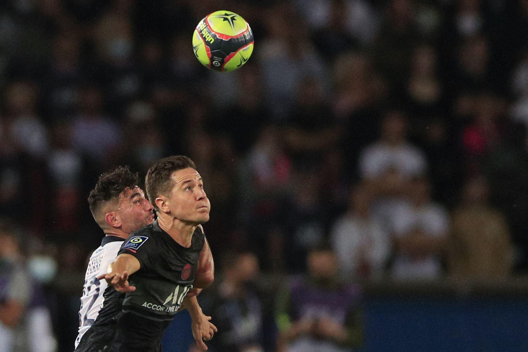 El defensa uruguayo de Montpellier Mathias Suarez y el centrocampista español del Paris Saint-Germain Ander Herrera luchan por el balón durante el partido de fútbol francés L1 entre Paris Saint-Germain (PSG) y Montpellier (MHSC). Foto: AFP