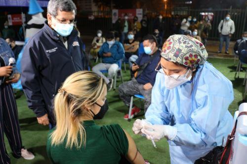El ministro de Salud supervisa la vacunación contra la Covid-19 de los centros de vacunación del Campo de Marte y Videna de San Luis