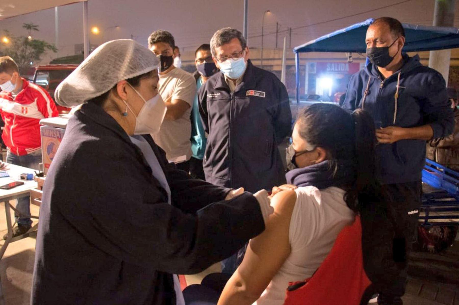 El ministro de Salud, Hernando Cevallos, supervisa la vacunación contra la Covid-19 de los centros de vacunación del Campo de Marte y Videna de San Luis, donde también recoge testimonios de los ciudadanos que acuden por su dosis de vacuna. Foto: ANDINA/MINSA