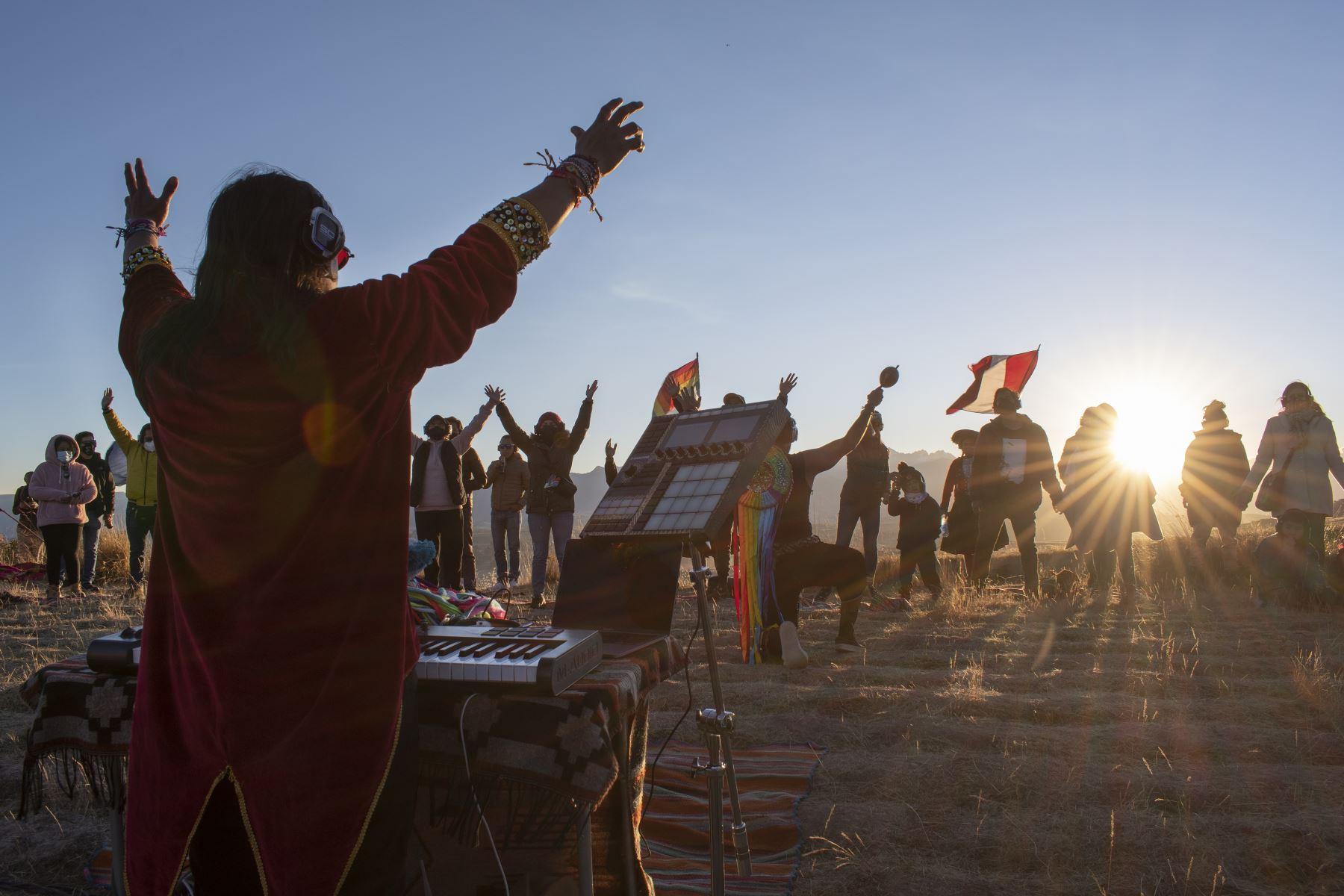 Los conciertos silenciosos de Tayta Bird ofrecen una experiencia de conexión entre los músicos, su público y el entorno natural en las alturas de Cusco, Perú. Foto: Sharon Castellanos, con el apoyo del Fondo de emergencia COVID-19 de The National Geographic Society