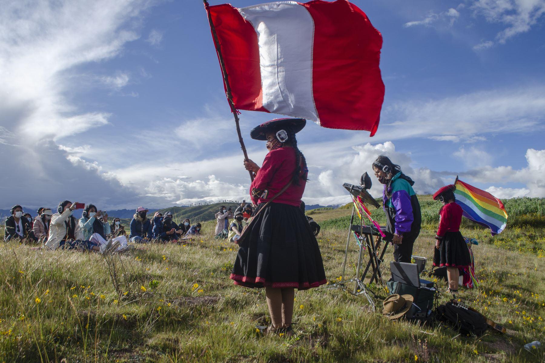 Tayta Bird es el primer artista peruano en reactivarse desde el inicio de la pandemia, encontró una oportunidad al incorporar el sonido 8D y el turismo vivencial junto a las integrantes de Amaru Wasi, centro textil en Chinchero. Foto: Sharon Castellanos, con el apoyo del Fondo de emergencia COVID-19 de The National Geographic Society