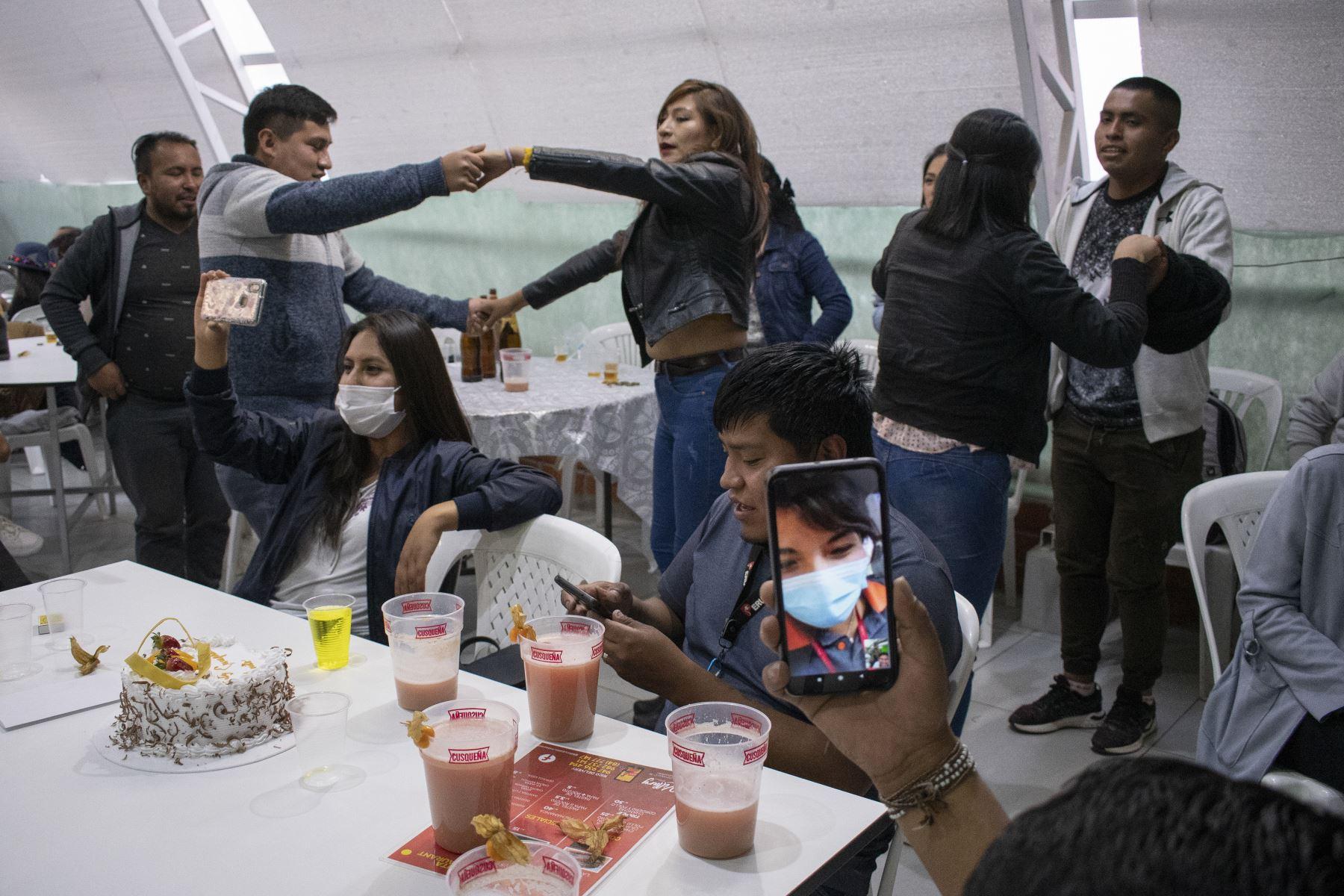Un asistente realiza una videollamada para transmitir un concierto virtual semi-presencial en el restaurante Killary en Cusco. Foto: Sharon Castellanos, con el apoyo del Fondo de emergencia COVID-19 de The National Geographic Society