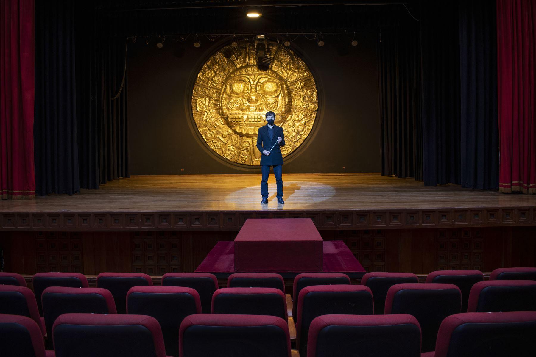 Theo Tupayachi, Director de la Orquesta Sinfónica del Cusco en el Teatro Municipal de Cusco. Si bien sus conciertos virtuales tienen gran acogida en redes sociales, los músicos añoran la experiencia de la música en directo y el aplauso del público. Foto: Sharon Castellanos, con el apoyo del Fondo de emergencia COVID-19 de The National Geographic Society
