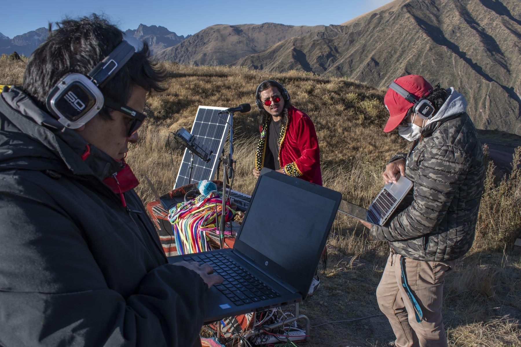 Miembros del equipo de Tayta Bird durante la prueba de sonido cuya fuente de alimentación energética se basa en el uso de paneles solares en las alturas de Chinchero, Cusco, Perú. Foto: Sharon Castellanos, con el apoyo del Fondo de emergencia COVID-19 de The National Geographic Society
