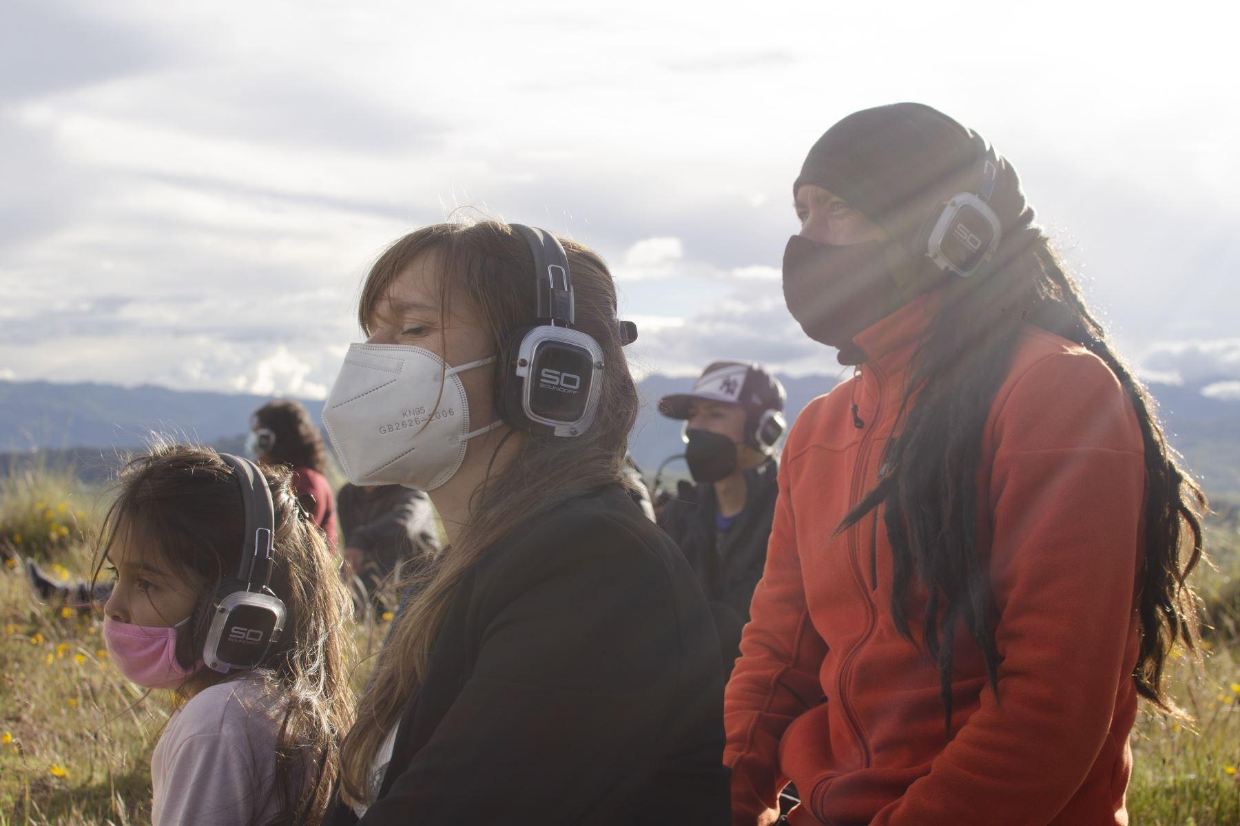 La familia Huamaní Le Roux experimenta por primera vez el sonido 8D a través de auriculares durante el concierto silencioso de Tayta Bird en las alturas de Chinchero. Foto: Sharon Castellanos, con el apoyo del Fondo de emergencia COVID-19 de The National Geographic Society
