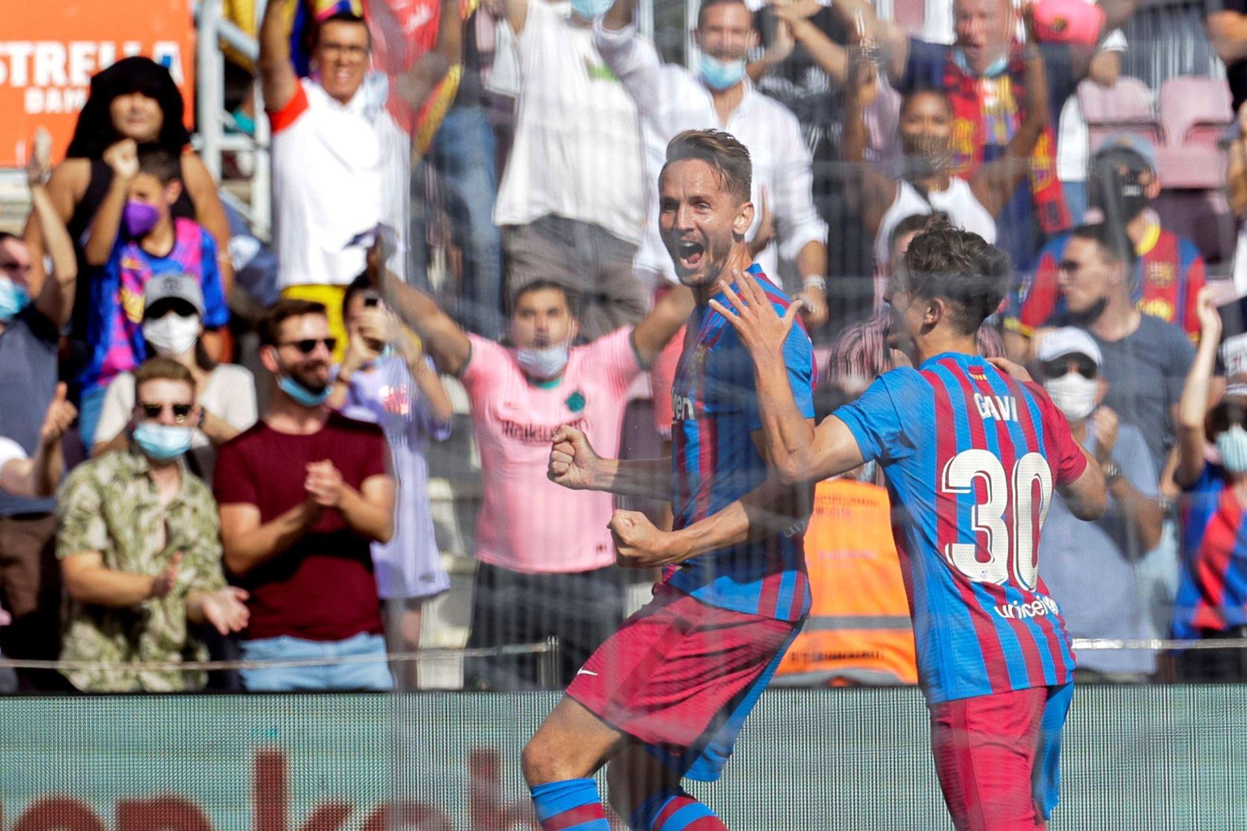 El holandés del Barcelona Luuk De Jong celebra con sus compañeros tras marcar el 2-0 durante el partido ante el Levante por la séptima jornada de LaLiga Santander, en el estadio Camp Nou. Foto: EFE
