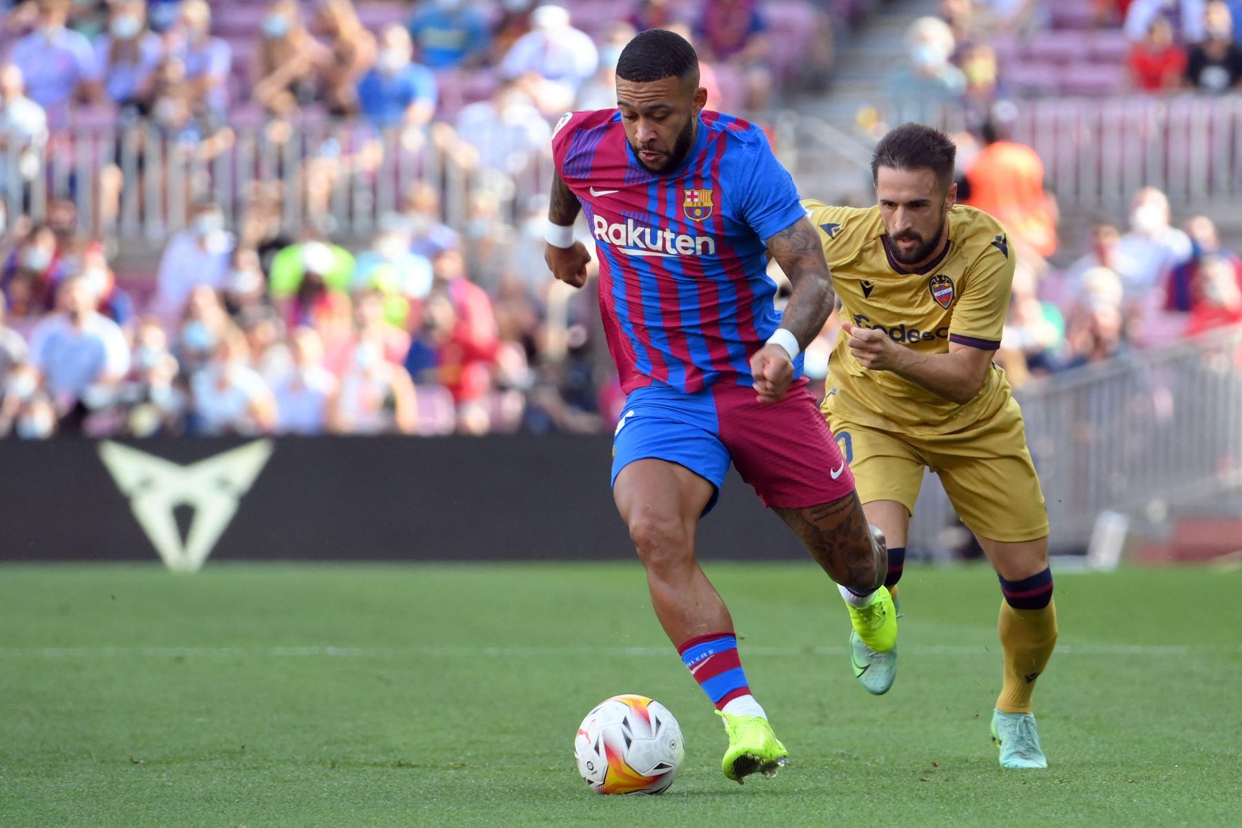 El centrocampista español del Levante Jorge Miramon desafía al delantero holandés del Barcelona Memphis Depay durante el partido de la Liga española. Foto: AFP
