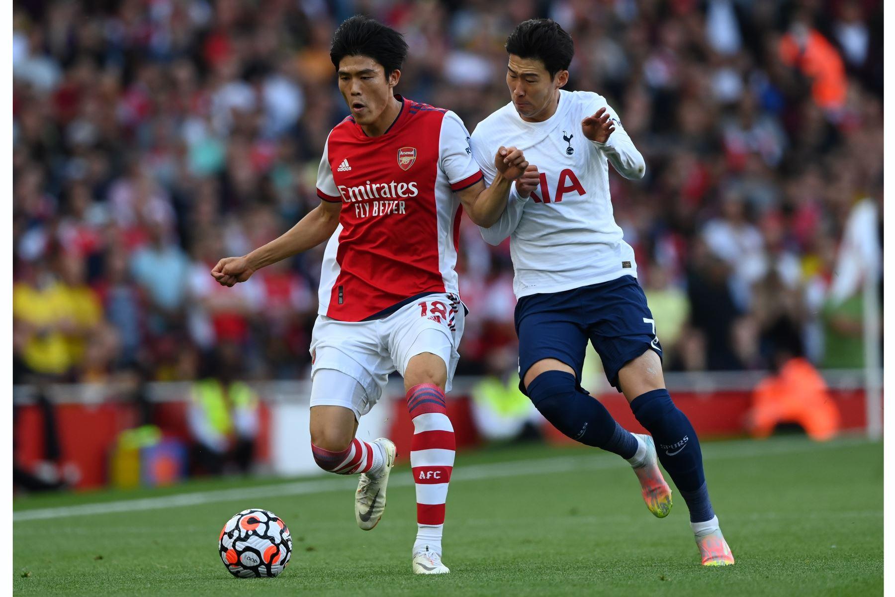 Takehiro Tomiyasu del Arsenal en acción contra Son Heung Min del Tottenham durante el partido de la Premier League, en Londres. Foto: EFE