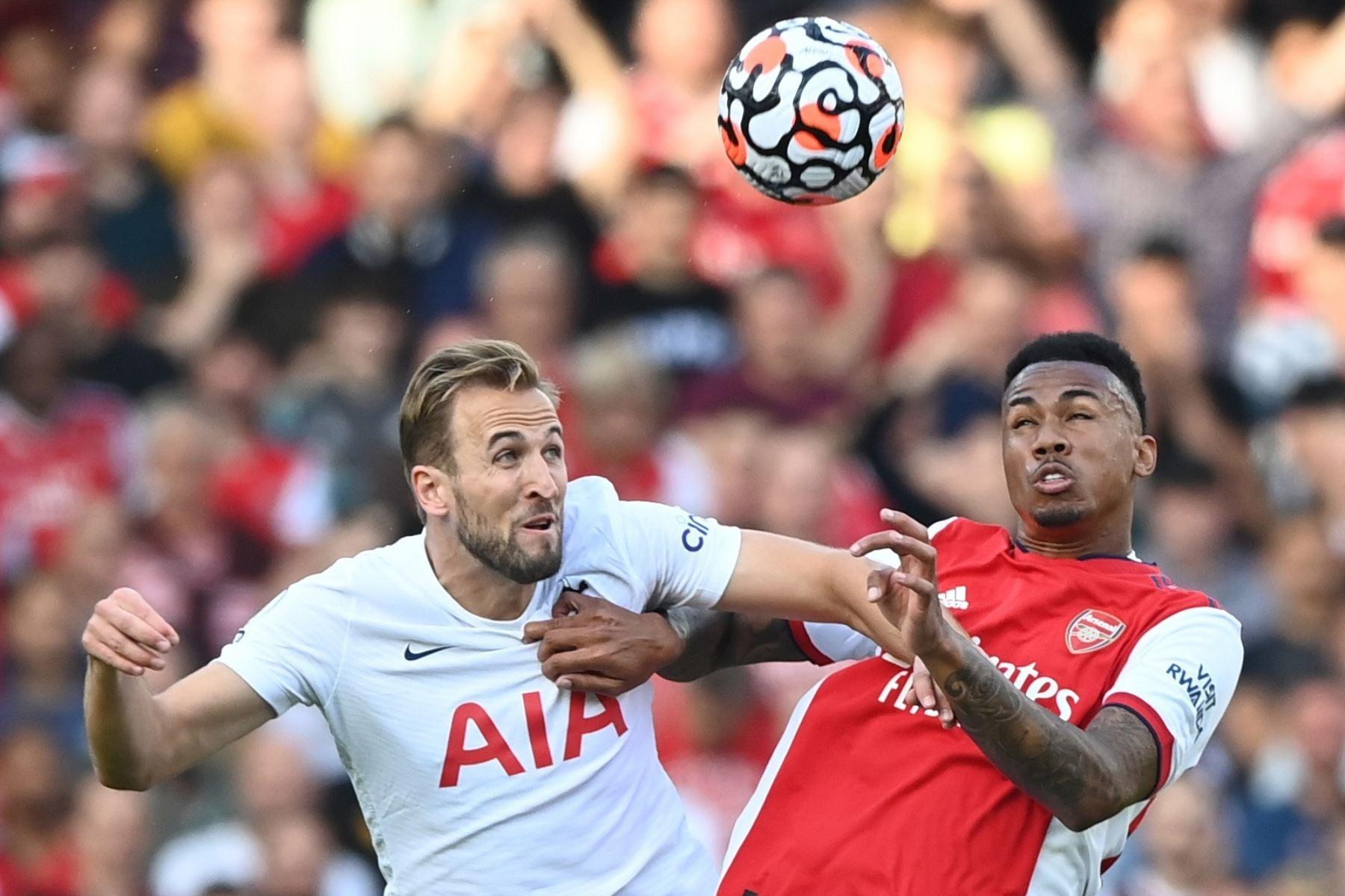 Gabriel Magalhaes del Arsenal en acción contra Harry Kane del Tottenham durante el partido de la Premier League. Foto: EFE