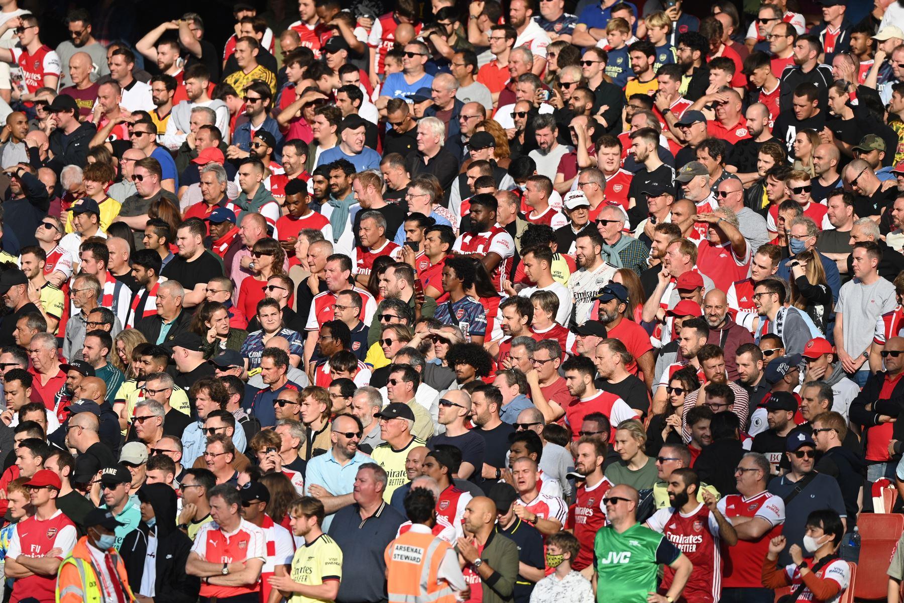 Hinchas del Arsenal durante el partido de fútbol de la Premier League. Foto. EFE