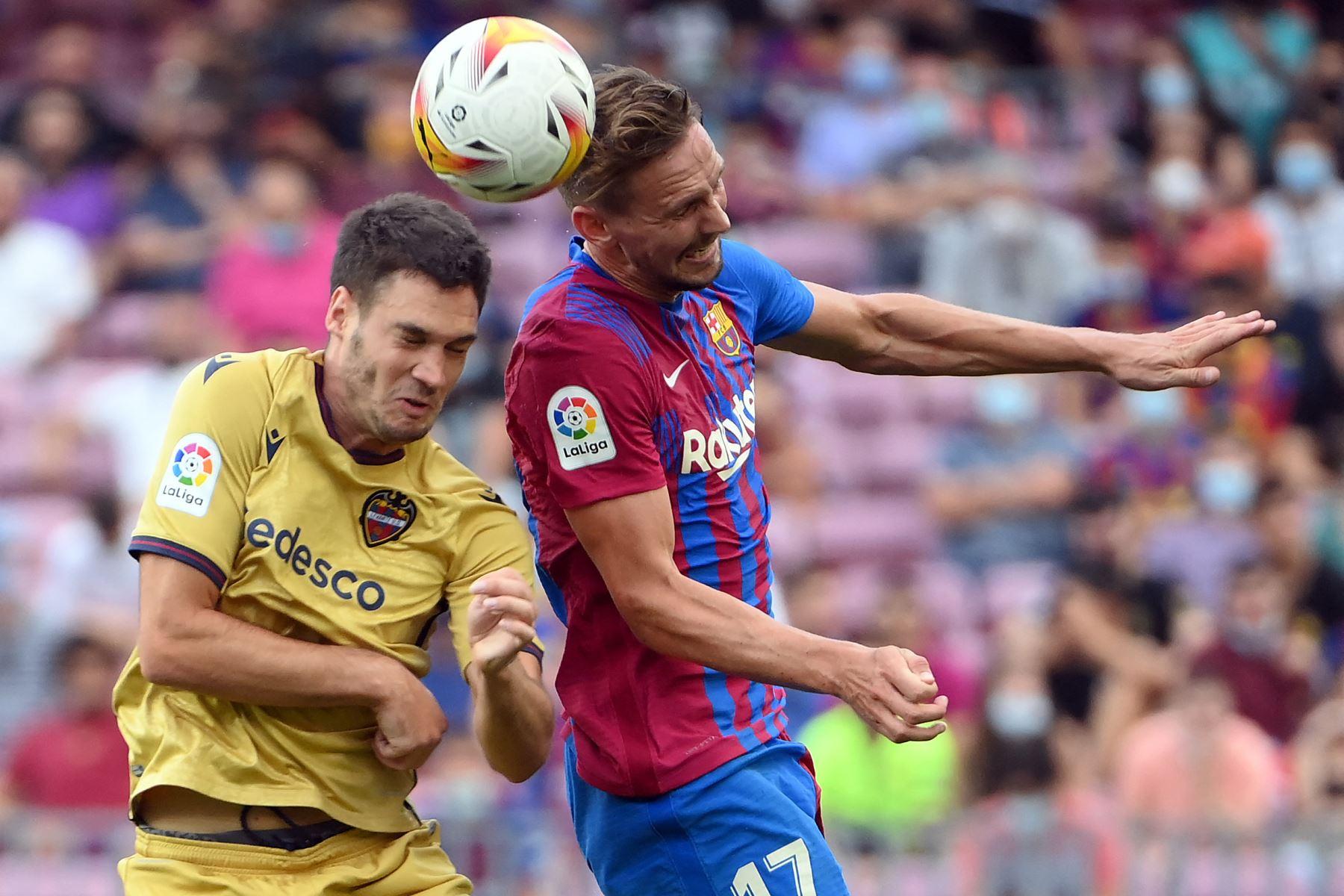 El centrocampista montenegrino del Levante Nikola Vukcevic compite con el delantero holandés del Barcelona Luuk de Jong durante el partido de la Liga española. Foto: AFP