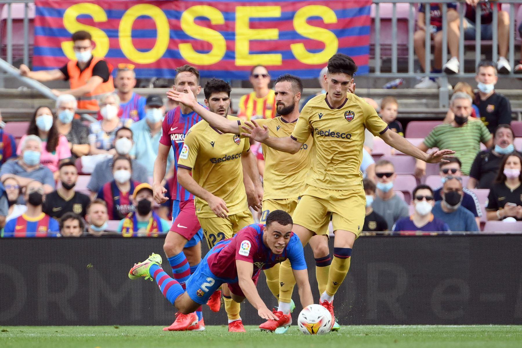 El defensa estadounidense del Barcelona Sergino Dest cae durante el partido de de la Liga española. Foto:  AFP