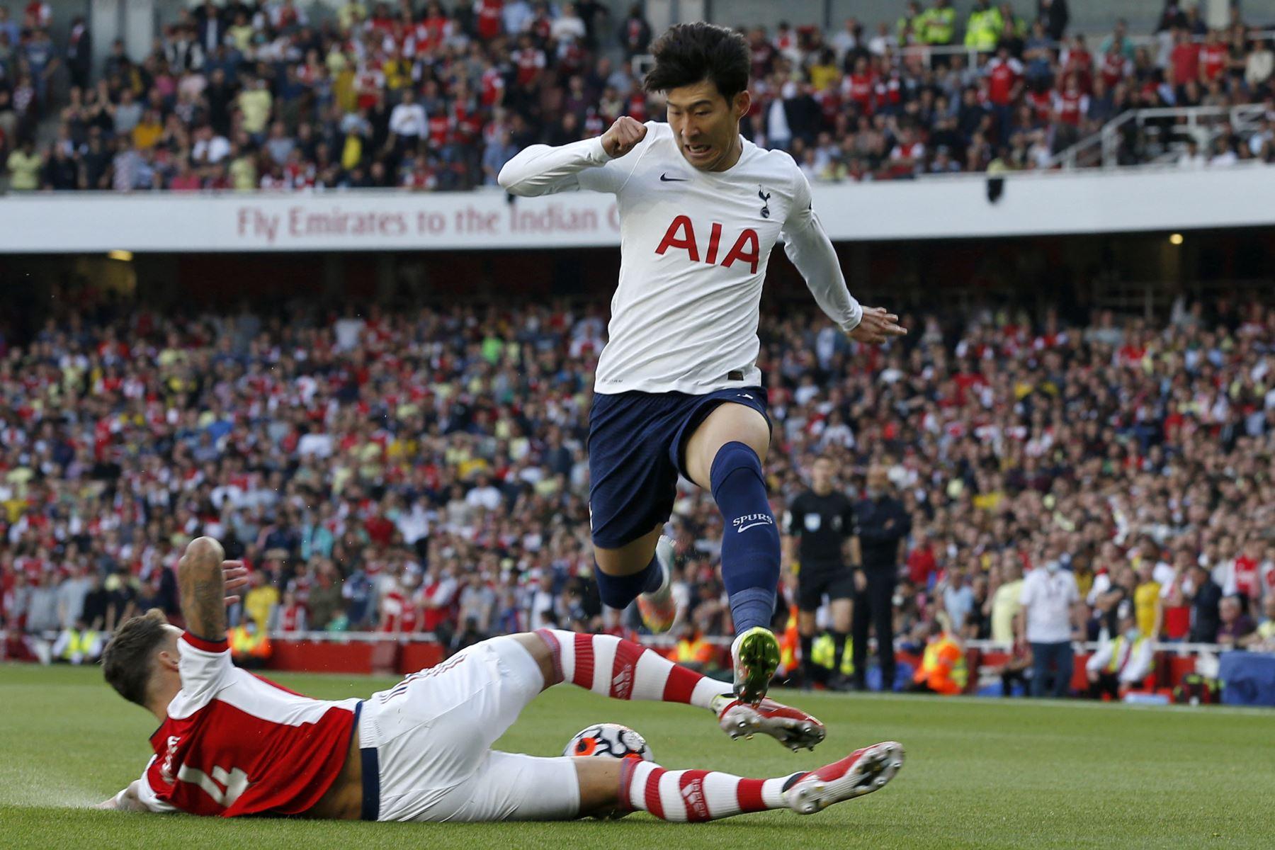 El delantero surcoreano del Tottenham Hotspur, Son Heung-Min, es abordado por el defensor inglés del Arsenal, Ben White, durante el partido de la Premier League. Foto: AFP