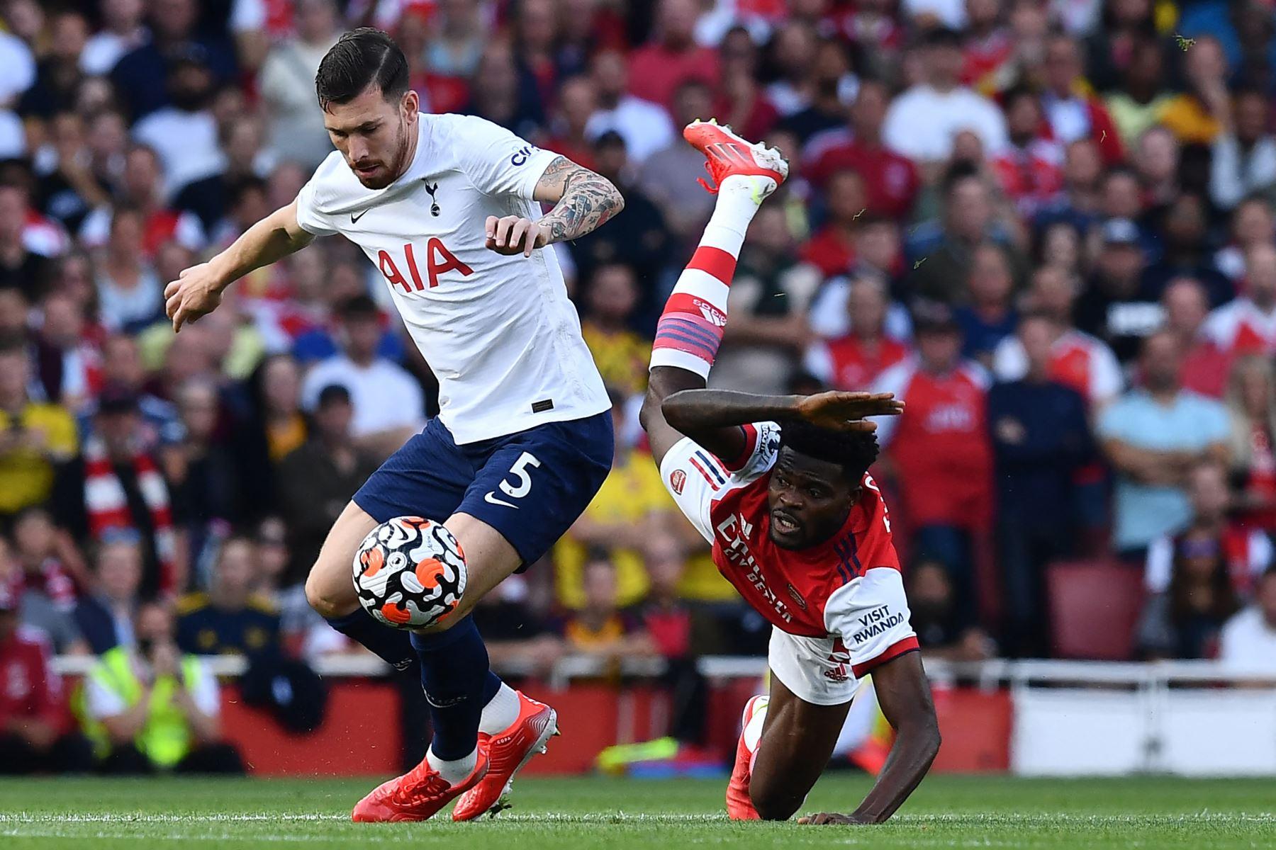 El centrocampista danés del Tottenham Hotspur Pierre-Emile Hojbjerg compite con el centrocampista ghanés del Arsenal Thomas Partey durante el partido de la Premier League. Foto: AFP