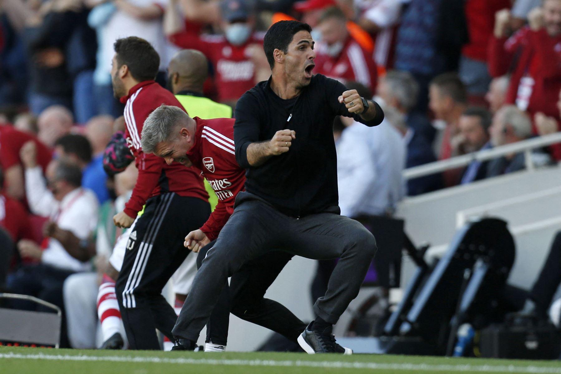 El técnico español del Arsenal, Mikel Arteta, reacciona tras el tercer gol de su equipo durante el partido de la Premier League. Foto: AFP