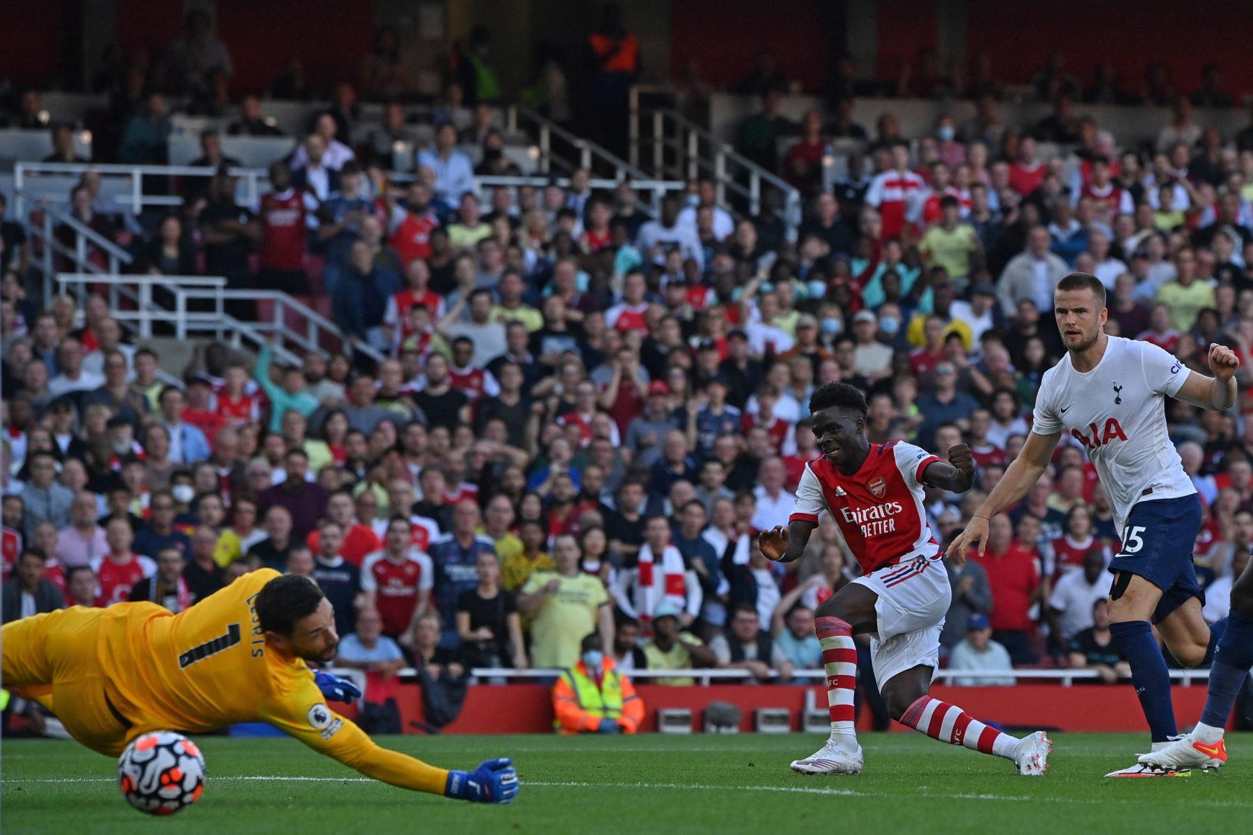 El centrocampista inglés del Arsenal Bukayo Saka anota su tercer ante Tottenham Hotspur durante el partido de la Premier League. Foto: AFP