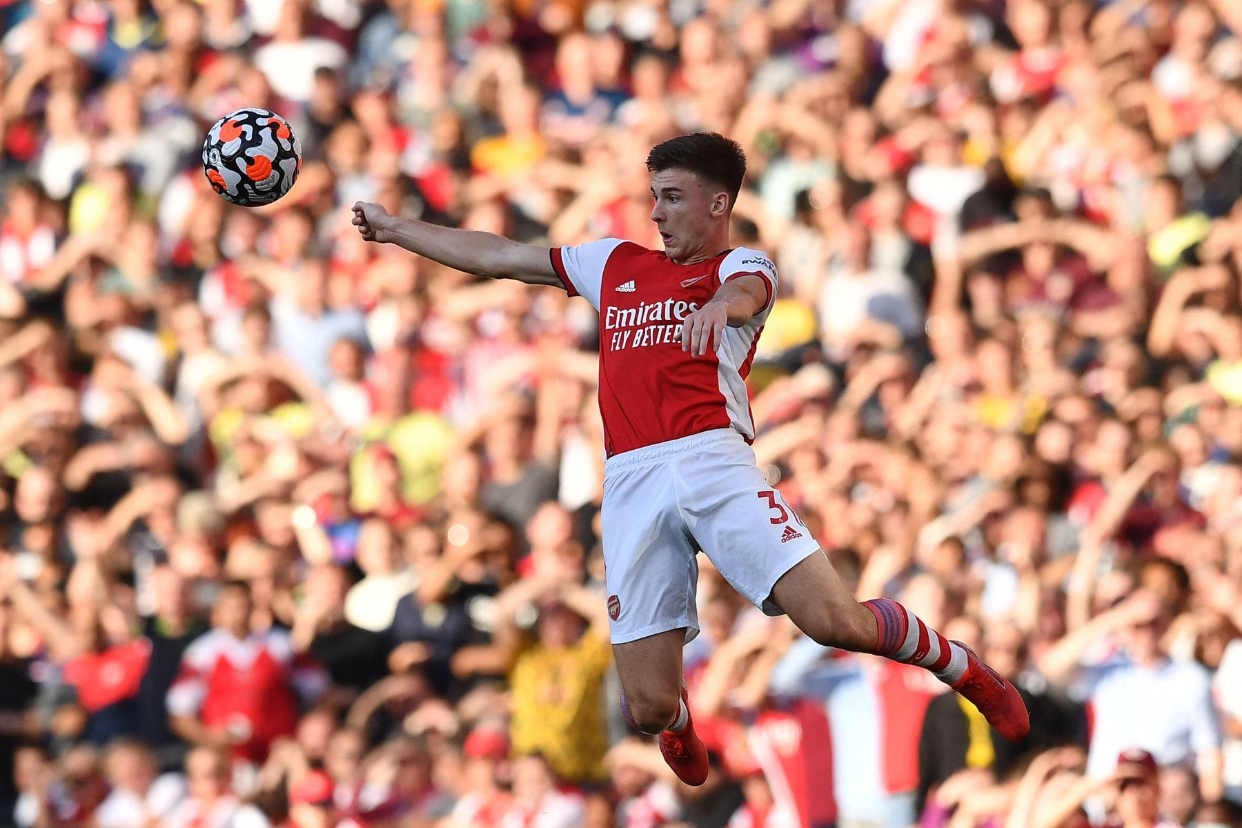 El defensor escocés del Arsenal, Kieran Tierney, salta para ganar un cabezazo durante el partido de la Premier League. Foto: AFP