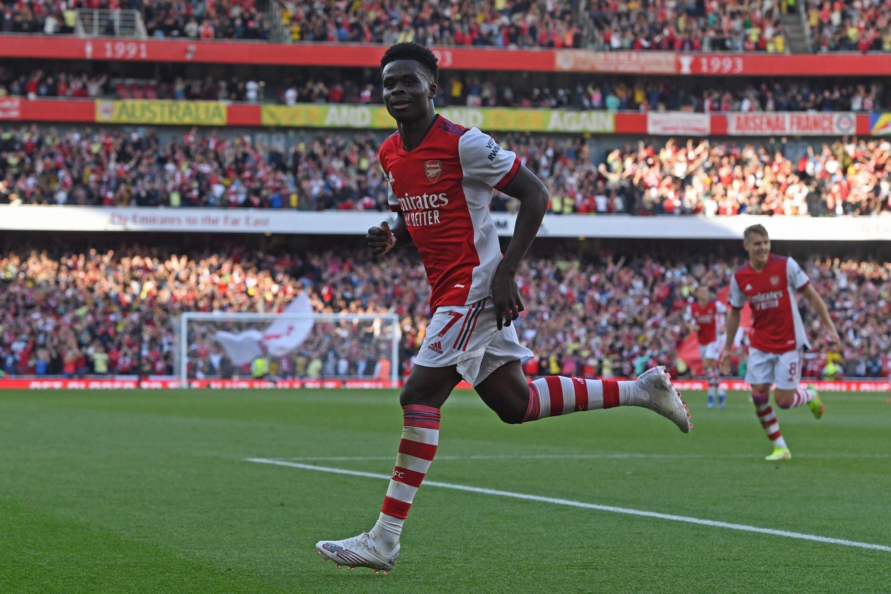 Bukayo Saka del Arsenal celebra tras anotar el 3-0 durante el partido de de la Premier League, en Londres. Foto: EFe