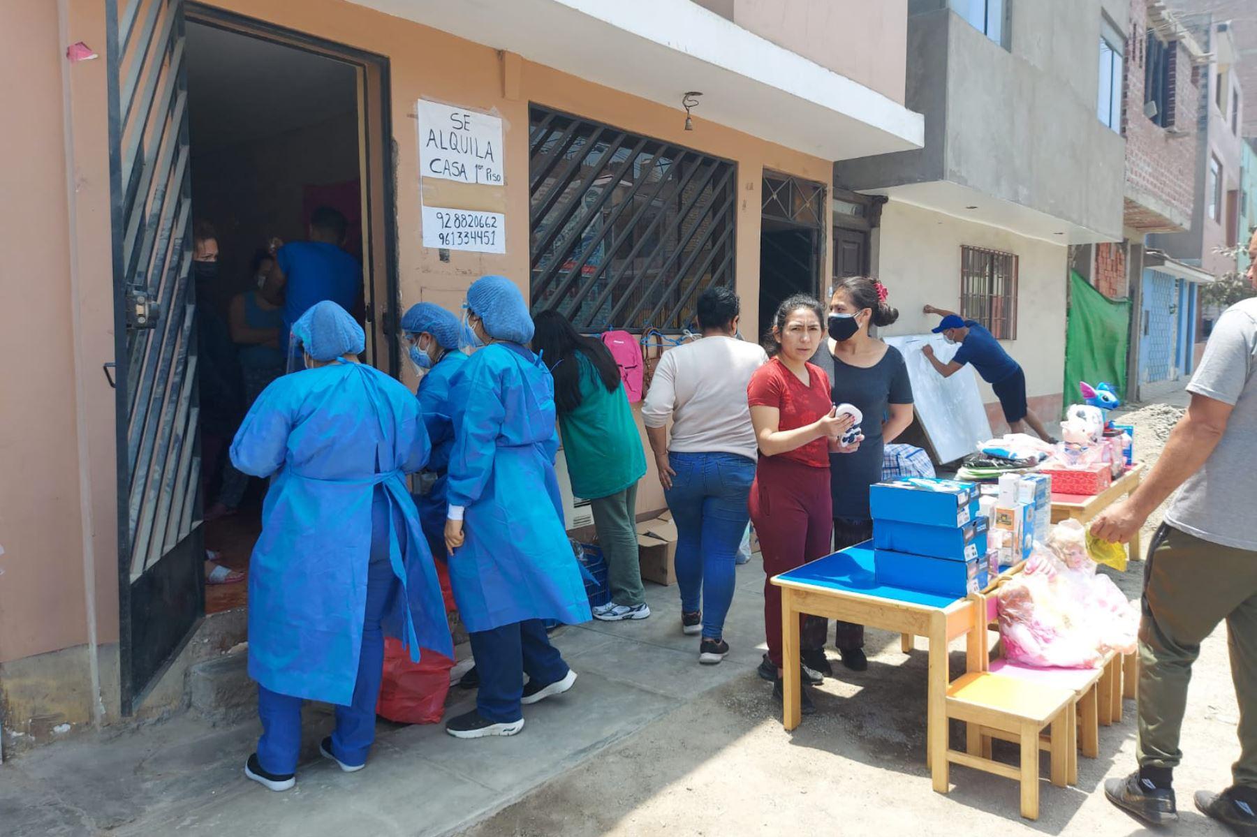 La intervención, desarrollada por las brigadas de la  Diris Lima Este, consistió en la toma de pruebas moleculares de descarte y en la vacunación contra la COVID-19 de las personas mayores de 18 años en las zonas afectadas. Foto: Minsa