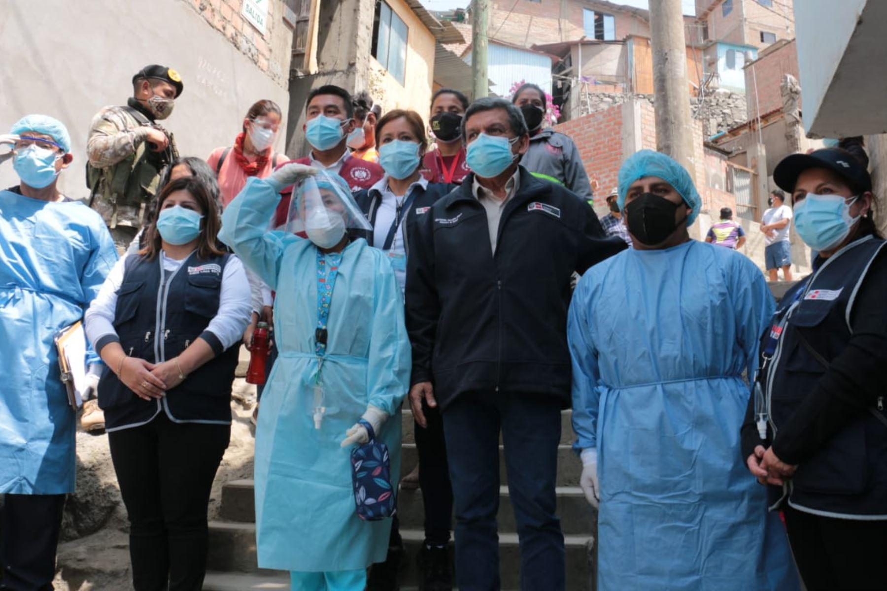 El ministro de Salud, Hernando Cevallos, supervisó el despliegue del cerco epidemiológico y solicitó a la población no bajar la guardia, acompañado del alcalde distrital y de la directora de la Diris. Foto: Minsa
