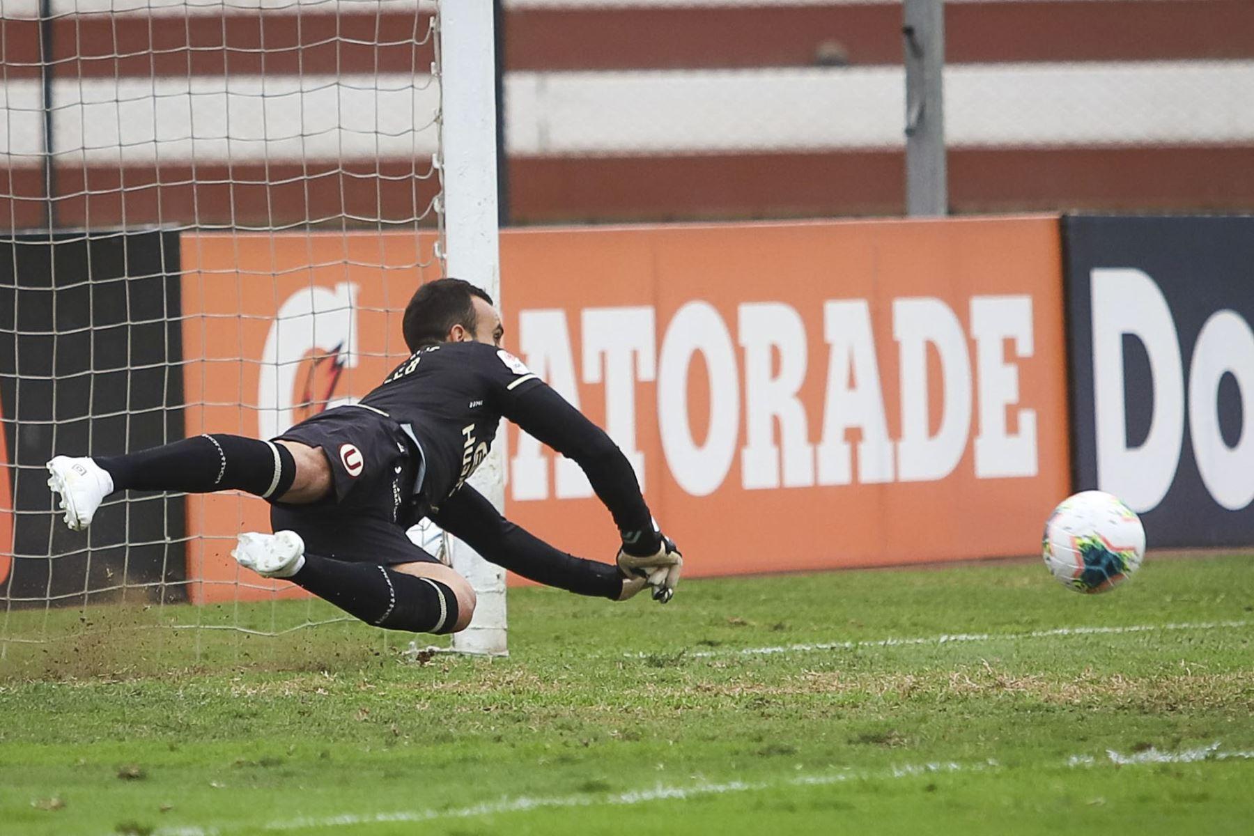 José Carvallo logró atajar el penal. Universitario de Deportes gana 3 a 1 a Sport Huancayo en un partido por la fecha 13 de la Fase 2 de la Liga 1 Profesional. Foto: ANDINA/Liga 1