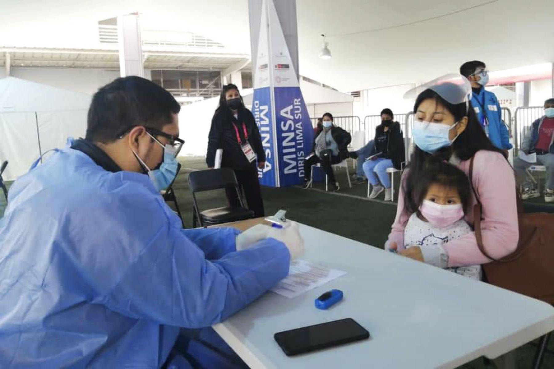 Jóvenes y adultos participan del Vacunafest, jornada de inmunización contra la Covid-19 espera recibir a jóvenes de 23 y 24 años en el Polideportivo de Villa María del Triunfo. Foto: ANDINA/Difusión