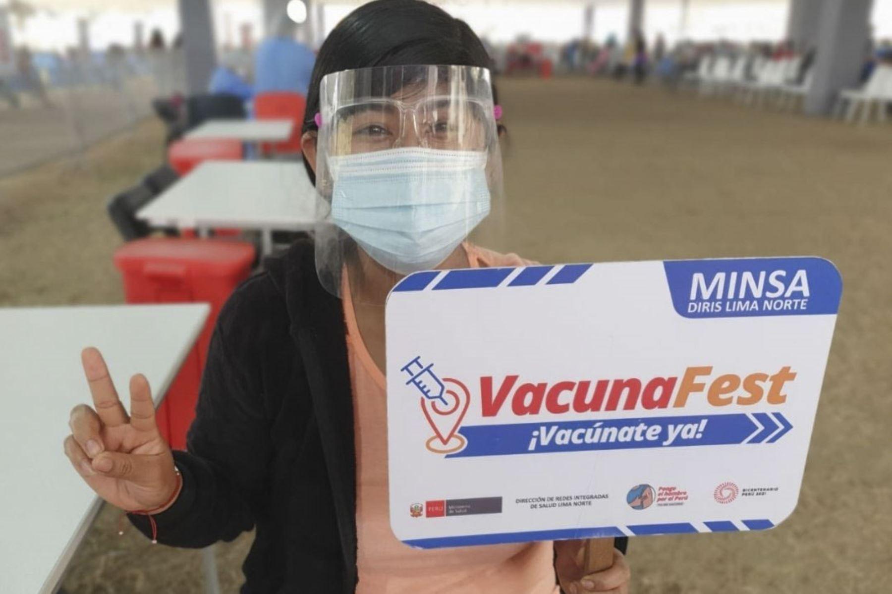 Ministro de Salud, Hernando Cevallos participó de la campaña de vacunación contra la Covid19 en el AAHH Caja de Agua en San Juan de Lurigancho. Hasta el momento 10 millones de peruanos se encuentran vacunados debidamente. A partir de mañana se vacunará a las personas de 21 años o más de Lima Metropolitana y Callao. Foto: ANDINA/Minsa
