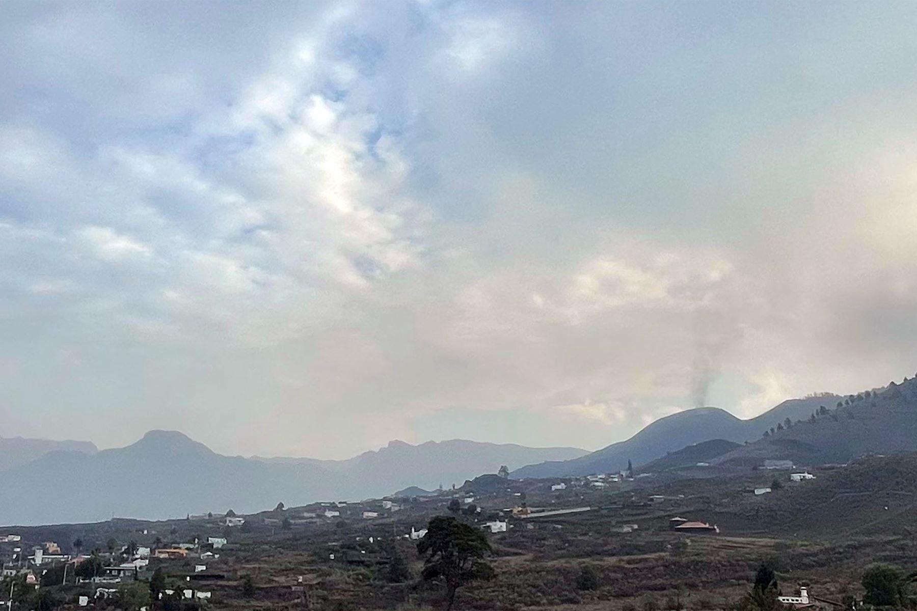 Un volcán de las Islas Canarias que ha estado en erupción durante más de una semana se quedó en silencio durante algunas horas mientras los residentes de la costa estaban confinados por el miedo a los gases tóxicos. Foto: AFP