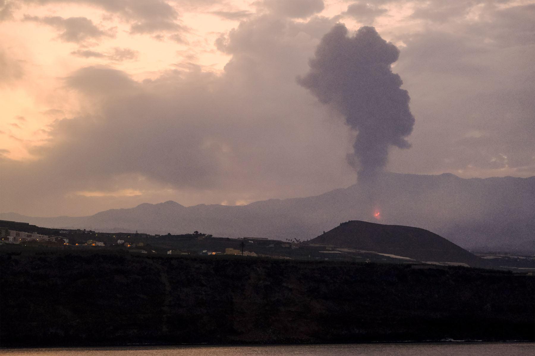 Comienza el octavo día de la erupción volcánica en La Palma, a la espera de que en las próximas horas la colada volcánica llega al mar. Foto: EFE