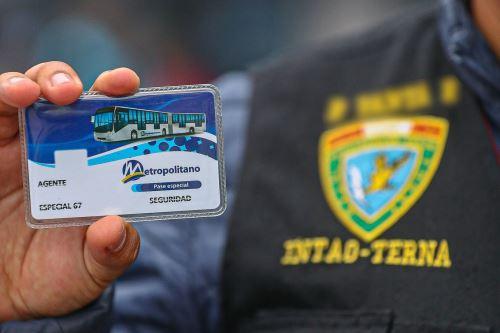 La presidenta de la ATU entregó tarjetas de pase libre del Metropolitano para que los miembros terna de la Policía nacional ingresen a las estaciones y terminales