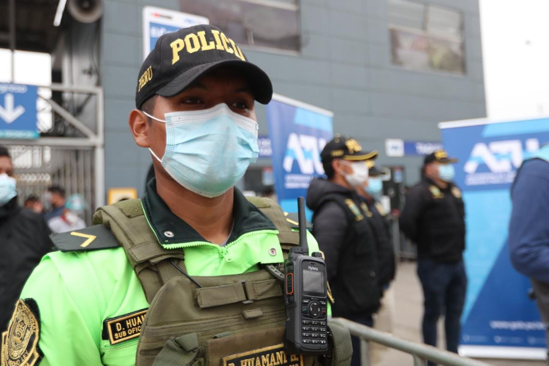 La presidenta de la ATU, Maria Jara, entregó tarjetas de pase libre del Metropolitano para que los miembros terna de la Policía nacional ingresen a las estaciones y terminales a fin de seguir reforzando la seguridad de nuestros usuarios. Foto: ATU