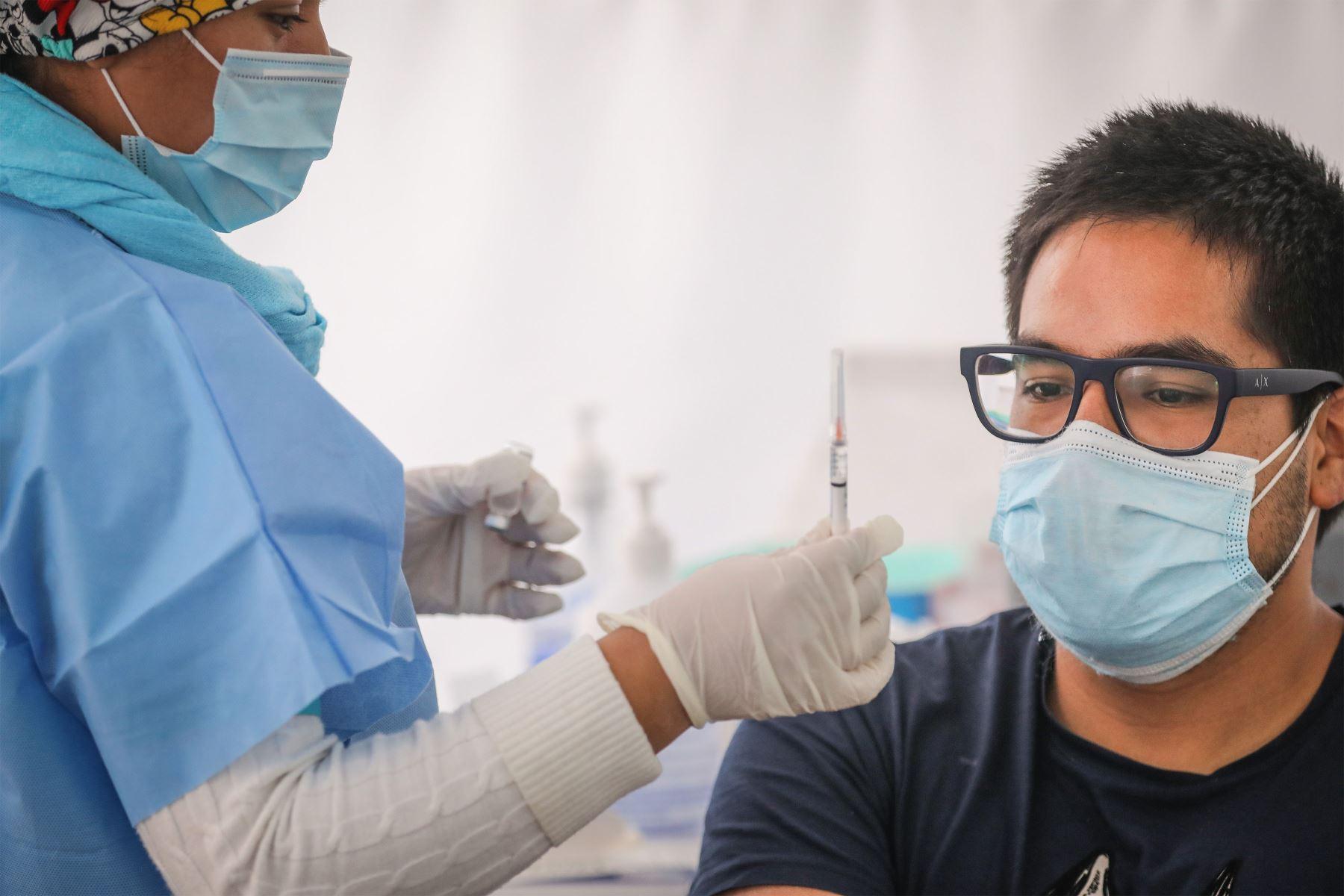 La población objetivo para recibir las vacunas contra la covid-19, según el Ministerio de Salud, son hombres y mujeres mayores de 12 años, que en el Perú son 28 millones 24,250 personas.  ANDINA/Andrés Valle