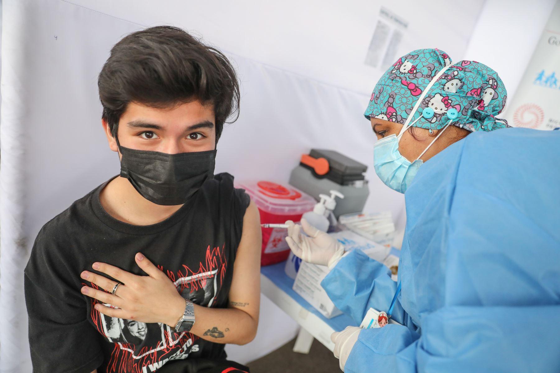 Hoy inicia la vacunación contra la covid 19 a personas de 21 y 22 años en Lima y Callao, en el  centro de vacunación del Parque de las Leyendas en el distrito de San Miguel. Foto: ANDINA/Andrés Valle