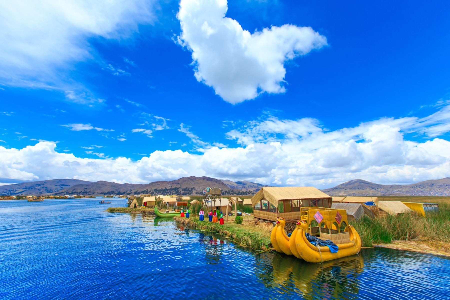 El lago Titicaca registra cada año una creciente afluencia de visitantes atraídos por sus relucientes aguas que acogen a islas flotantes hechas de totora donde viven ancestrales culturas aimaras. Foto: ANDINA/MINCETUR