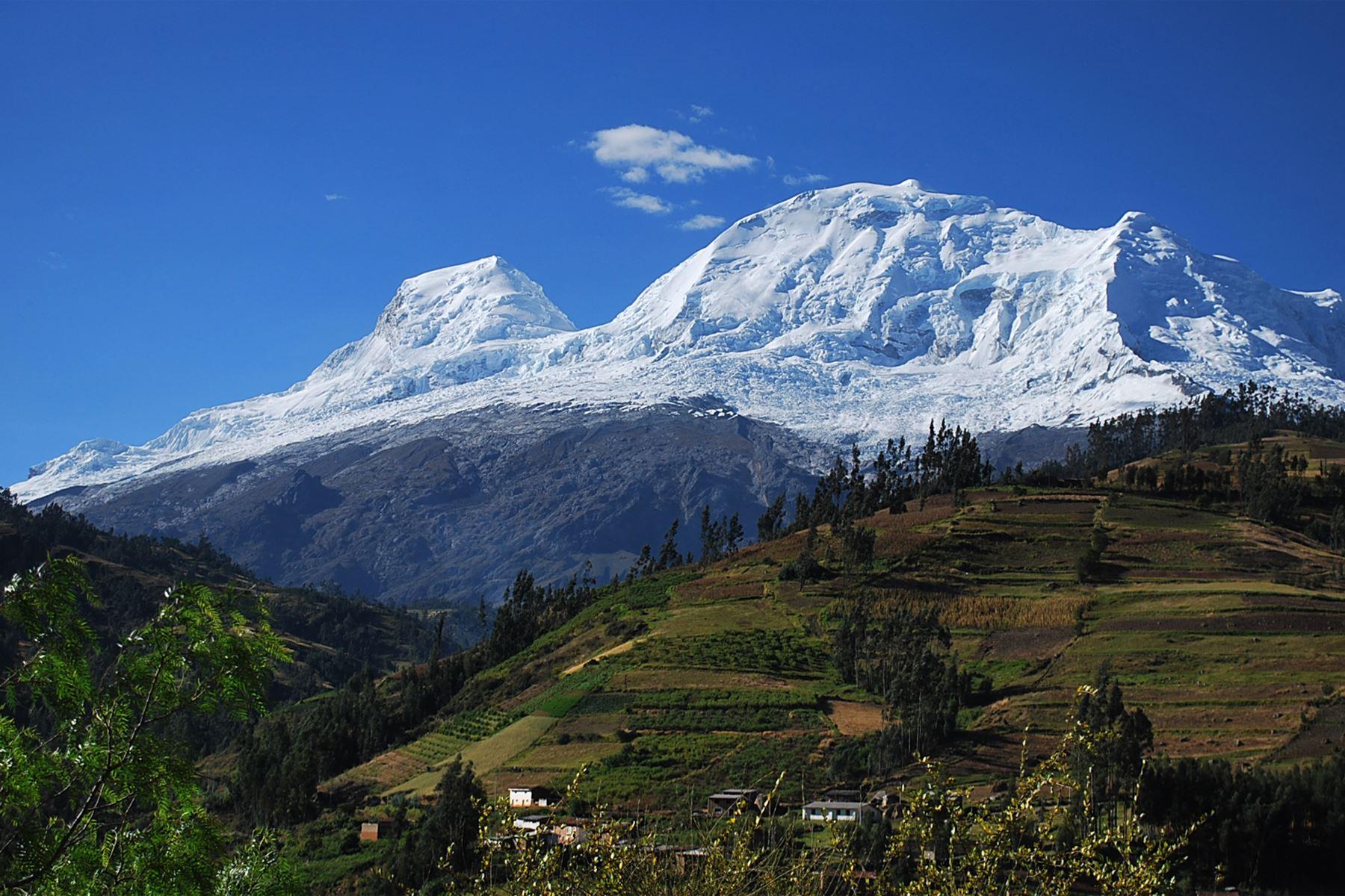 Montaña nevada tropical más alta del mundo, el Huascarán, de 6.768 msnm, en la región Ancash. Foto: AFP