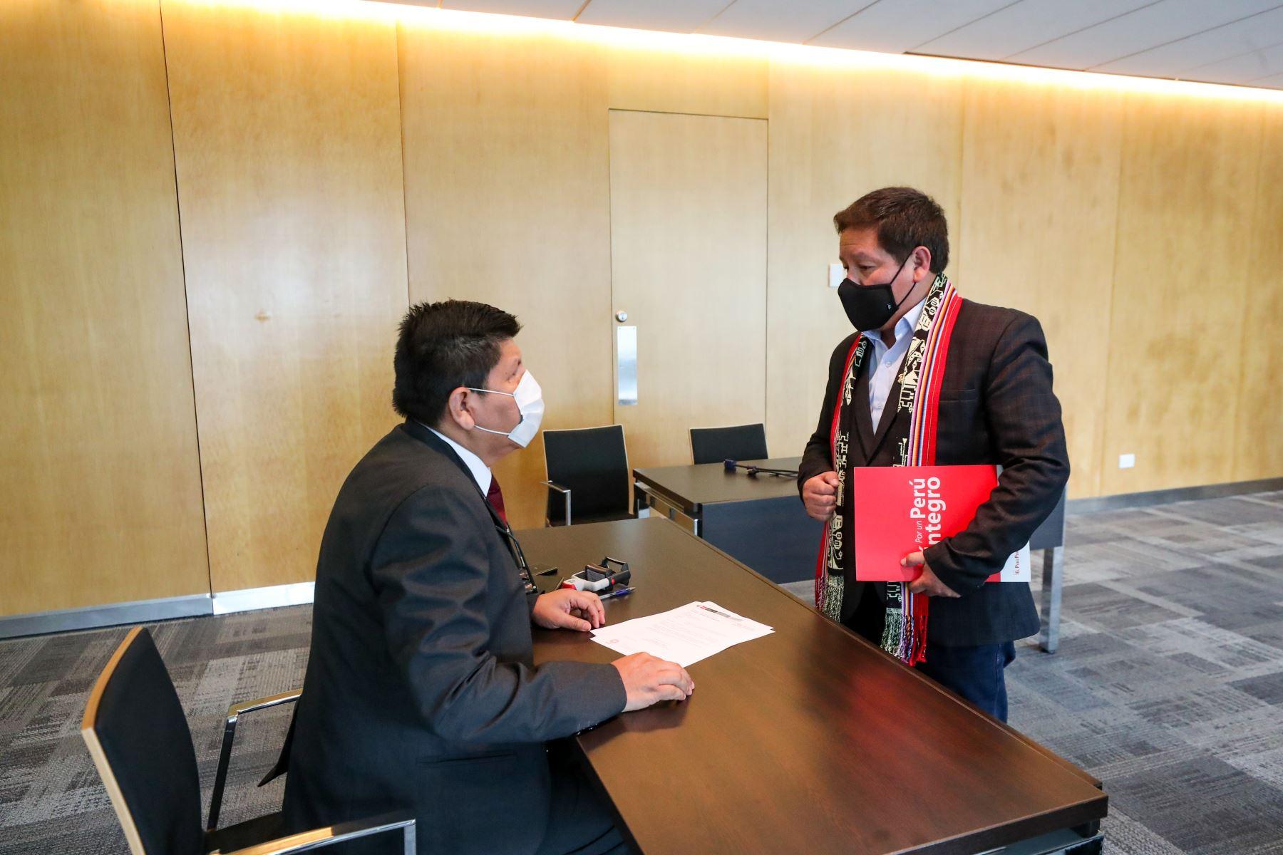 Jefe del Gabinete, Guido Bellido entrega oficio que formaliza inicio de negociaciones sobre Camisea. Foto: PCM