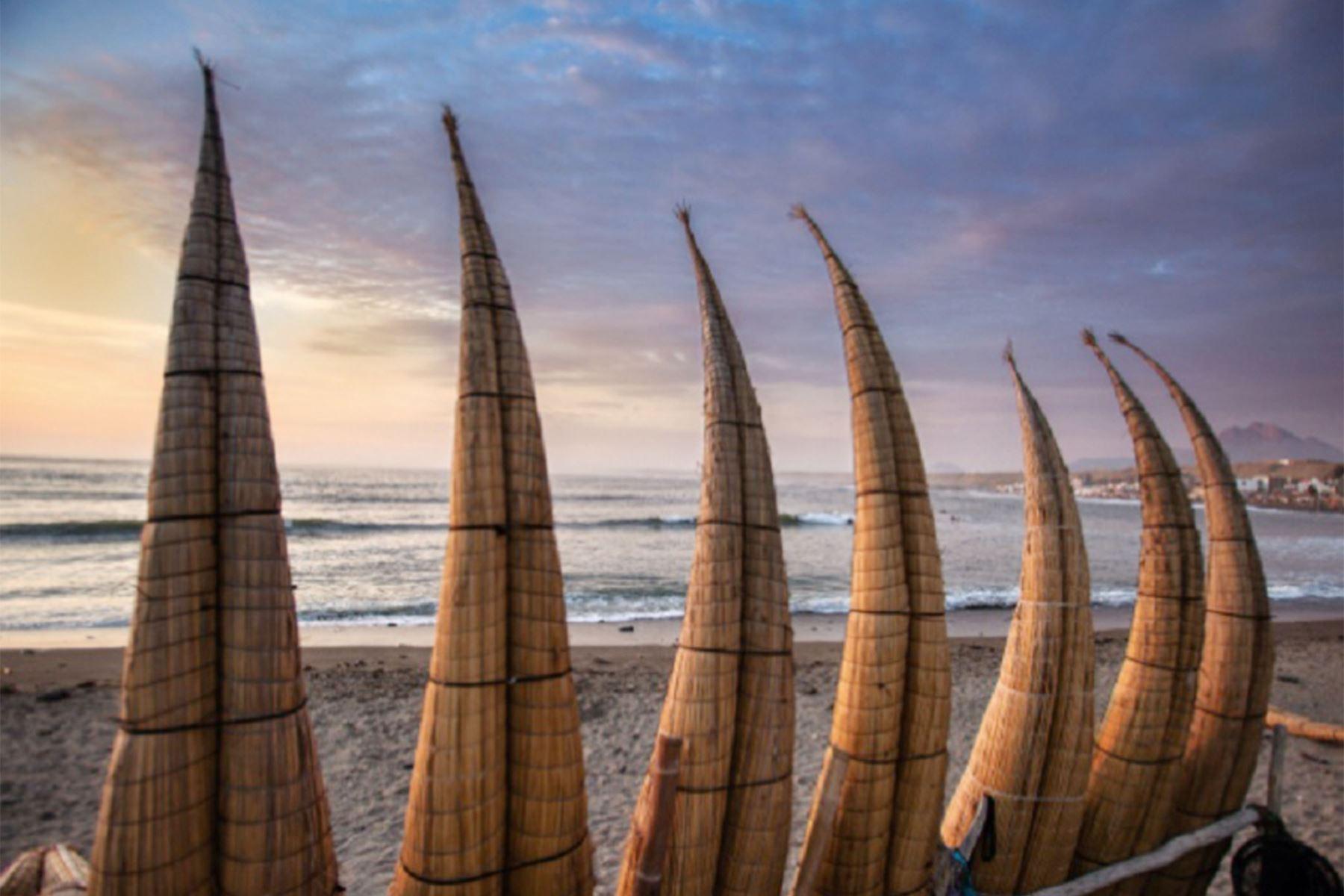 Bañadas por aguas tibias y con olas ideales para la práctica de la tabla, destacan balnearios como  Huanchacoen La Libertad. Foto: PROMPERU