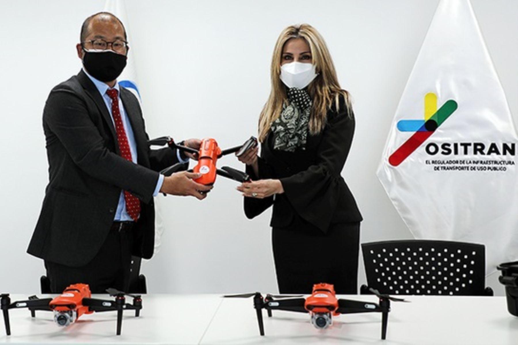 Titular de Ositran, Verónica Zambrano, recibe los drones entregados por Takeharu Nakagawa, representante de la Agencia de Cooperación Internacional de Japón (JICA). Foto: Cortesía.