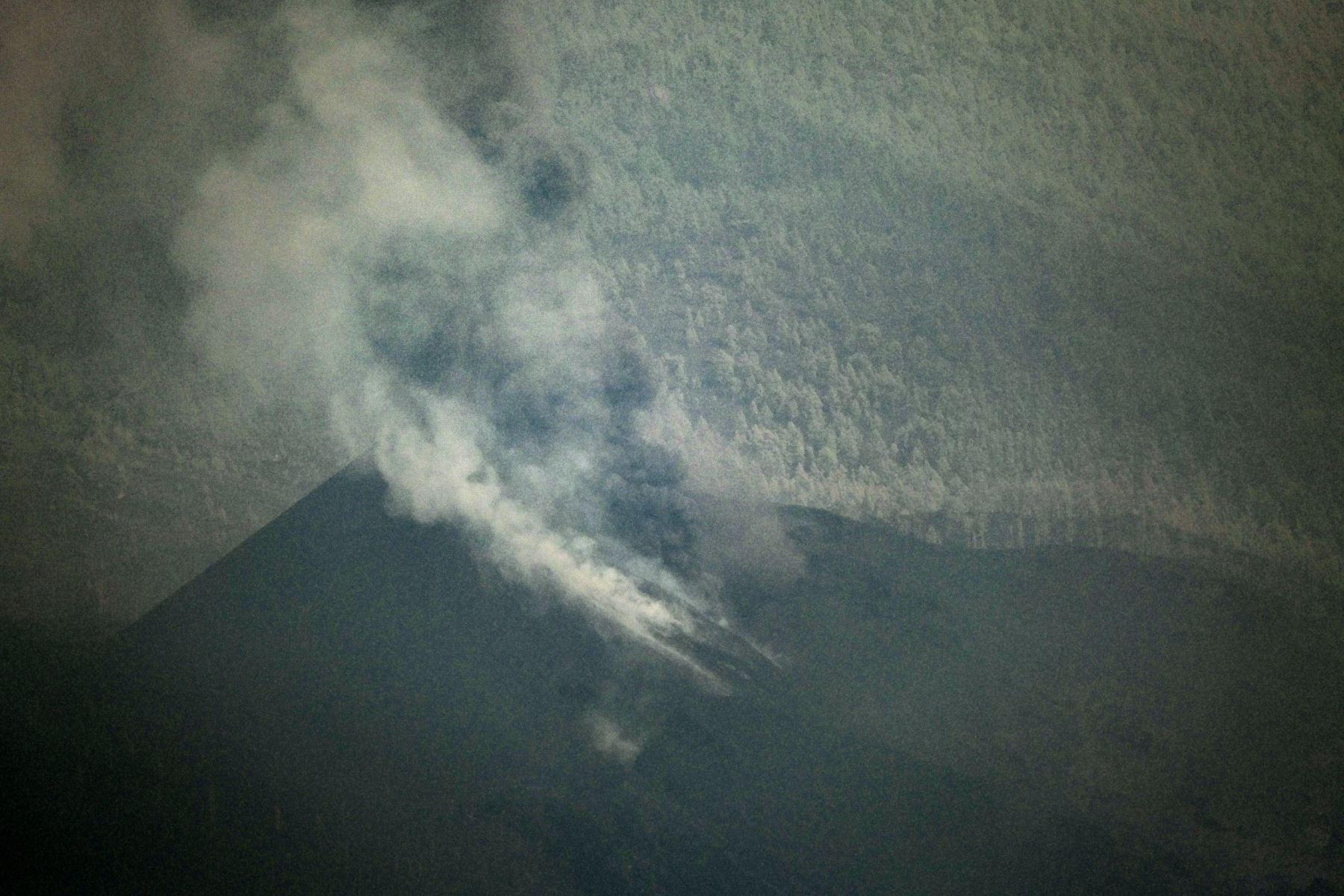 Tras pasar prácticamente medio día sin apenas actividad, hoy lunes a las 18:45 la erupción del volcán Cumbre Vieja ha comenzado nuevamente a expulsar lava entre explosiones intermitentes. EFE/Ángel Medina G.