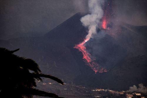 La erupción volcánica de La Palma se reactiva con explosiones y expulsión de material