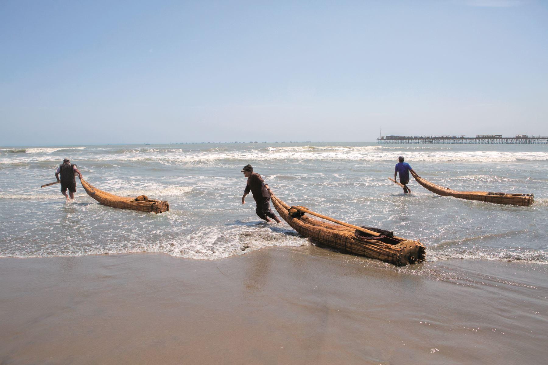 Pesca artesanal con caballitos de totora en el balneario de Pimentel. Foto: Difusión/ PROMPERU