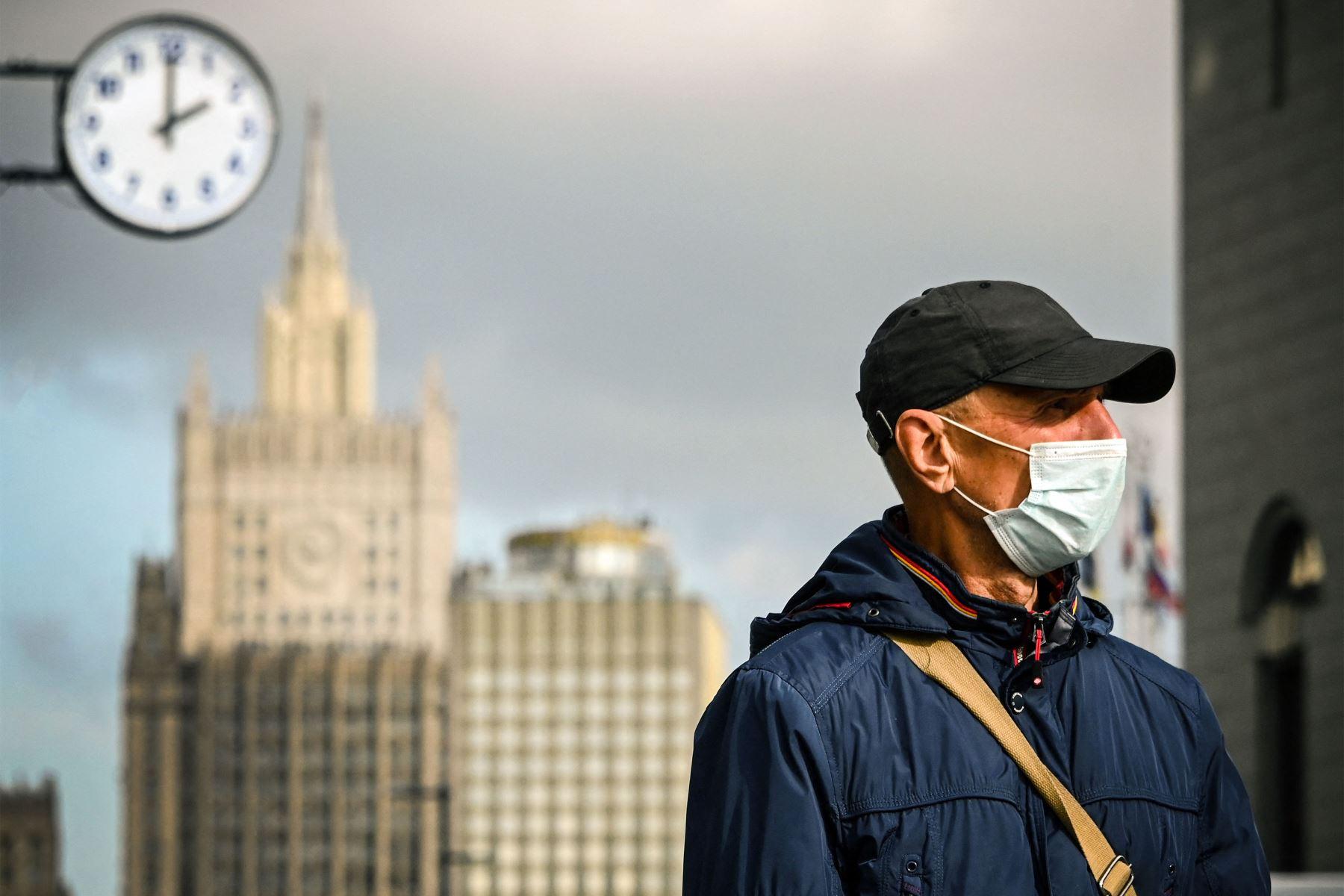 Un hombre con una mascarilla camina en el centro de Moscú , en medio de la pandemia causada por el nuevo coronavirus. Foto: AFP