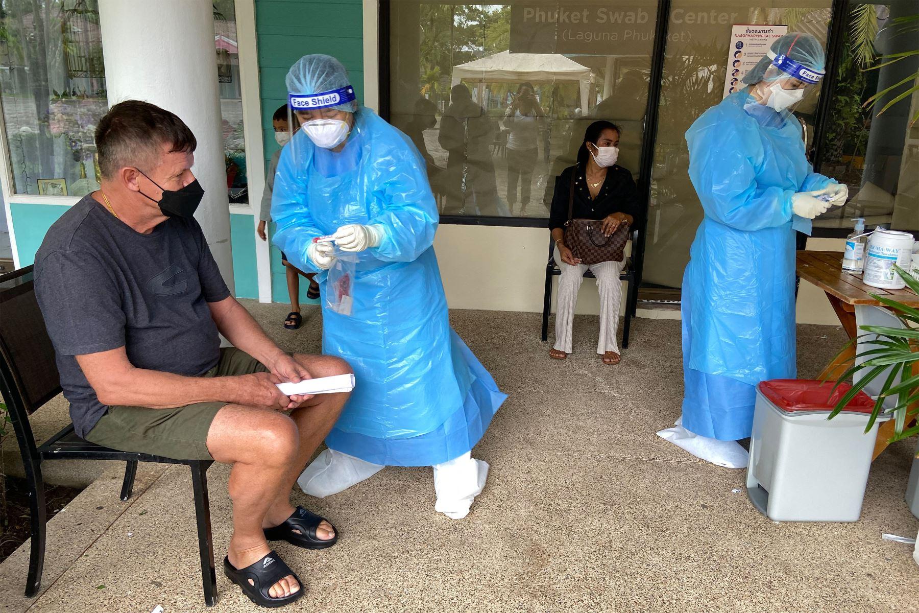 """Personas esperan para hacerse pruebas de hisopo para detectar el coronavirus Covid-19 en Phuket, mientras los turistas aprovechan el programa """"Phuket Sandbox"""" para visitantes completamente vacunados contra el coronavirus.  Foto: AFP"""
