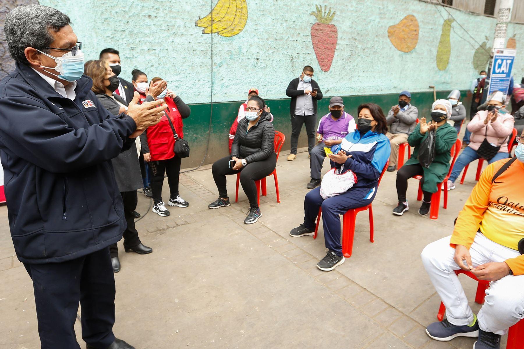 El ministro de Salud Hernando Cevallos, supervisa la toma de muestras moleculares a trabajadores del mercado de frutas de Caquetá. Foto: ANDINA/ MINSA