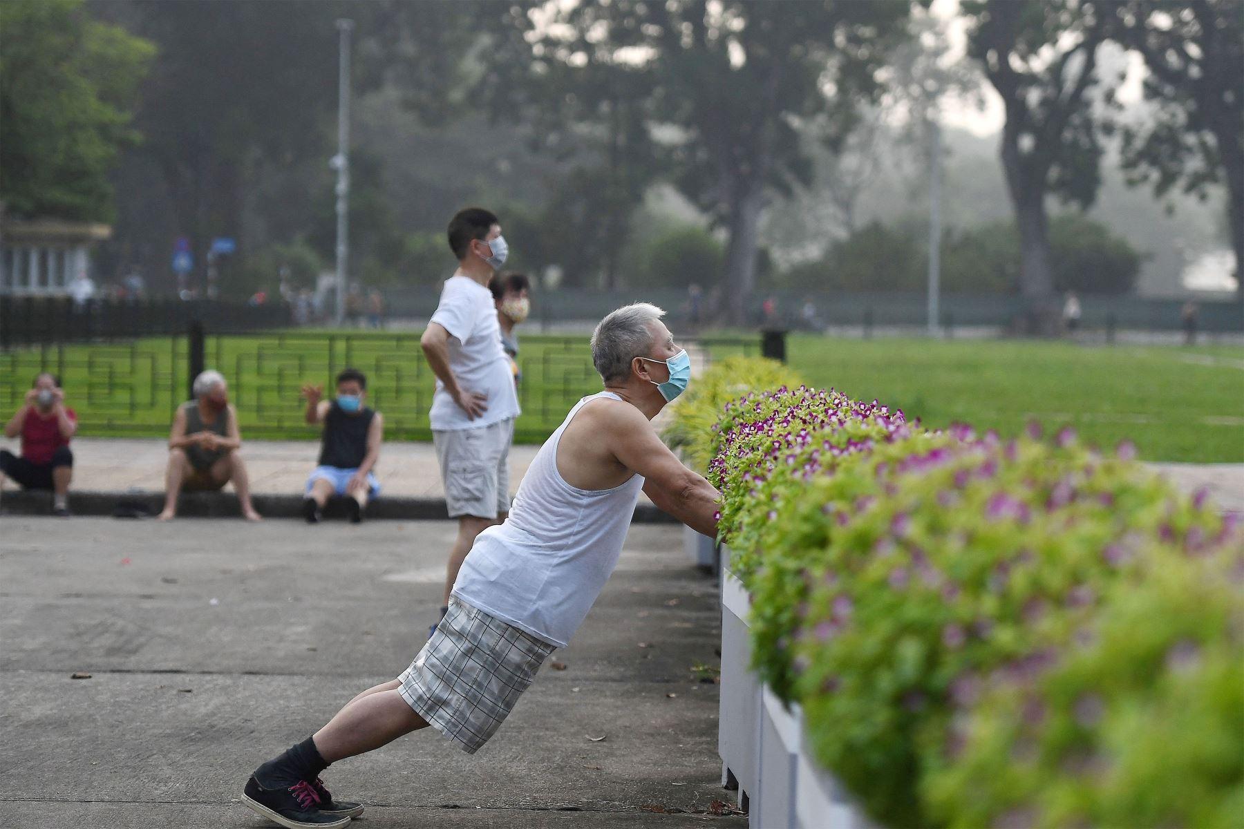 Un hombre se ejercita en un parque público en Hanoi, luego de que las autoridades de la ciudad permitieran las actividades deportivas al aire libre luego de la flexibilización de las restricciones del coronavirus Covid-19.  Foto: AFP