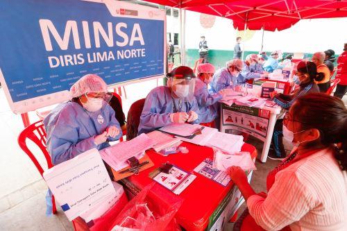 Supervisión de toma de muestras moleculares a trabajadores del mercado de frutas de Caquetá