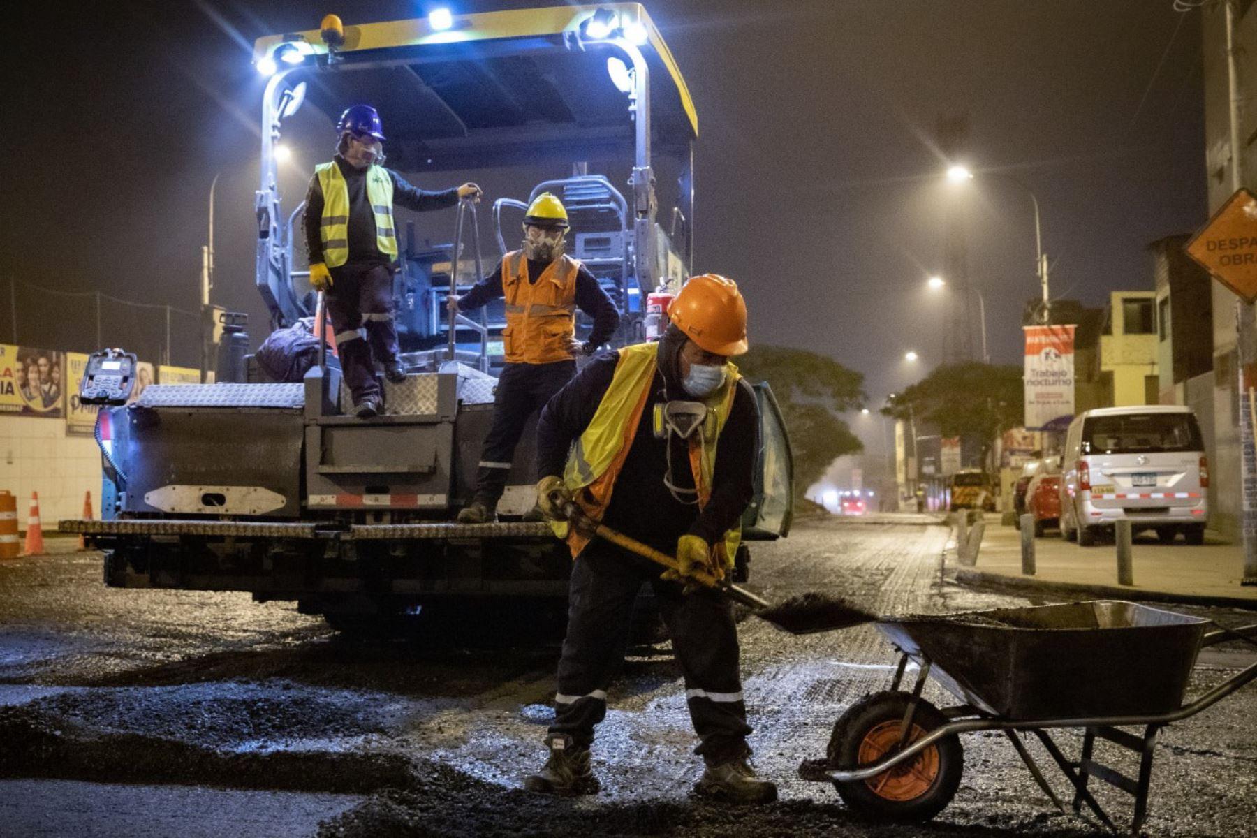 Los Olivos: Municipalidad de Lima renueva pistas en la Av. Próceres de Huandoy