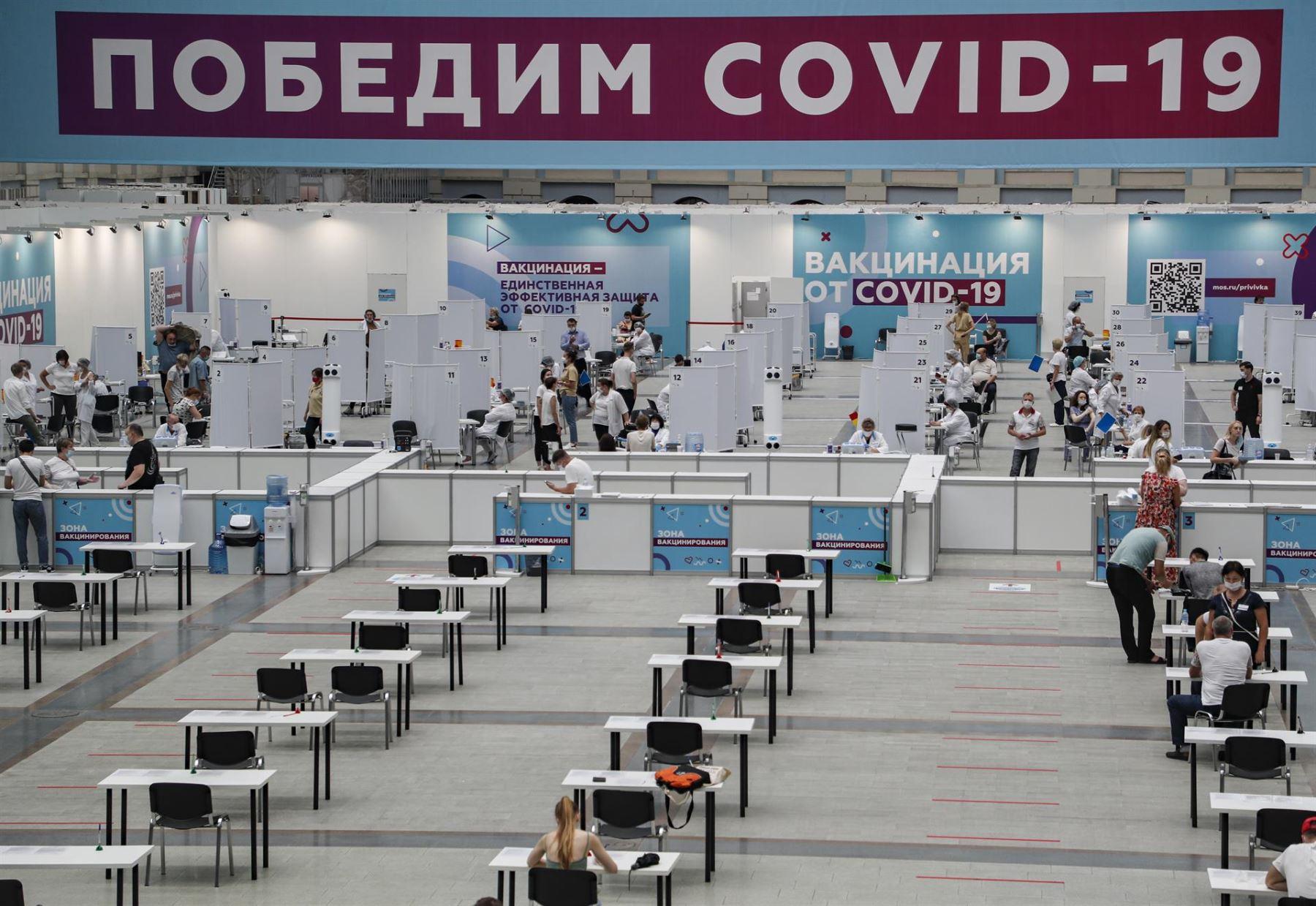 Contagios de covid-19 en Rusia avanzan más rápido que la vacunación